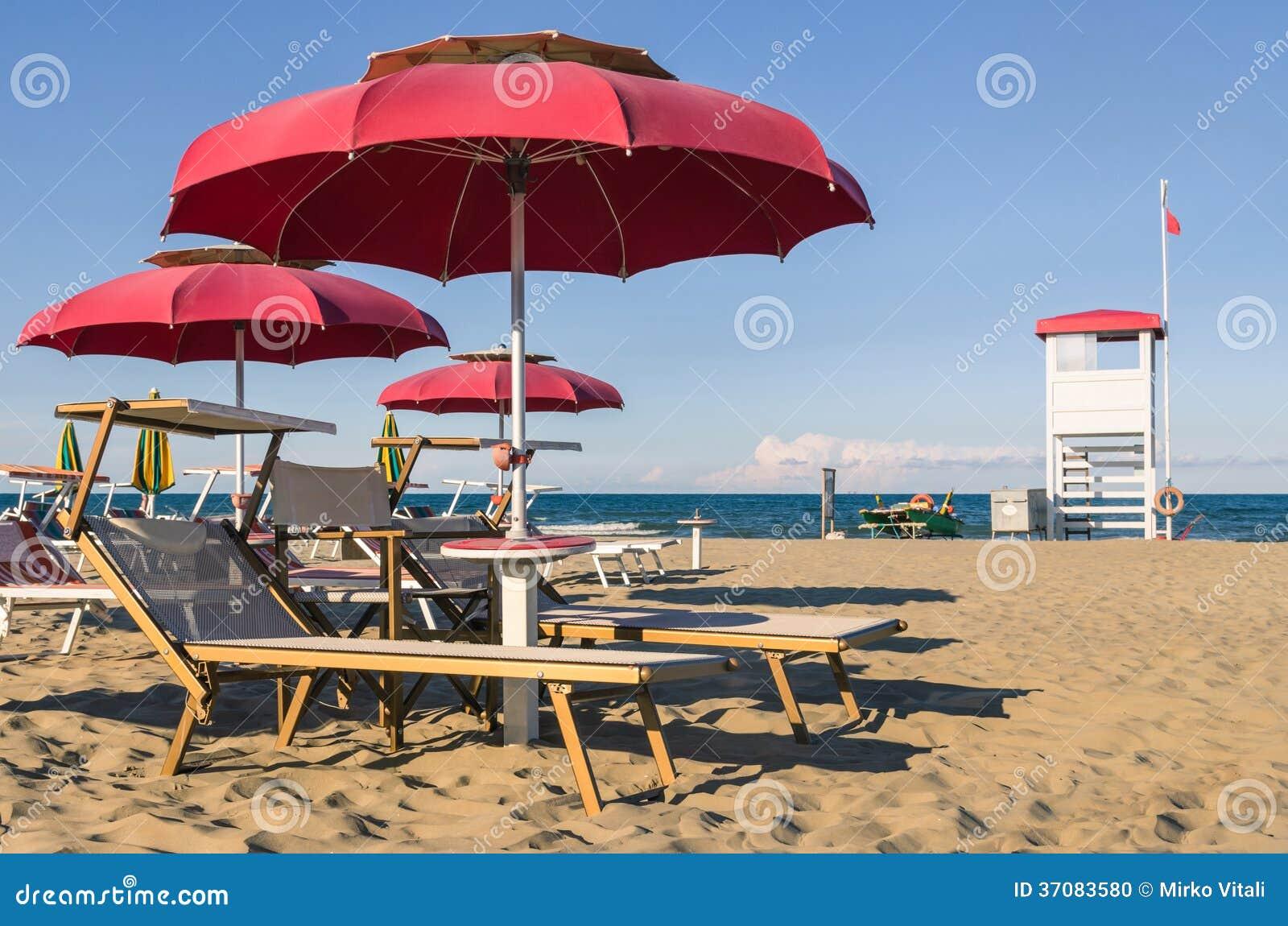 Download Parasole I Sunbeds Włochy - Rimini Plaża - Zdjęcie Stock - Obraz złożonej z wybrzeże, dzień: 37083580