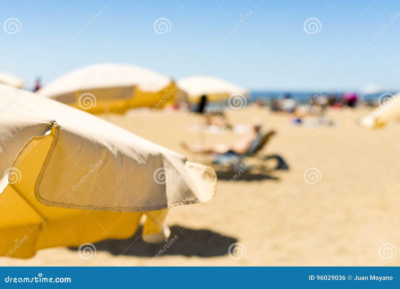 Parasole w plaży w morzu śródziemnomorskim
