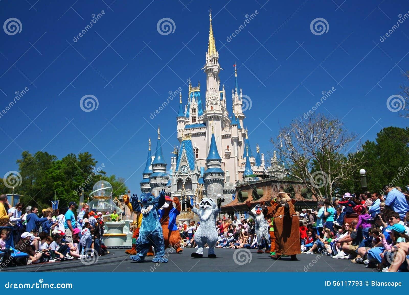 parata in marcia dei personaggi dei cartoni animati di disney nel parco magico di regno