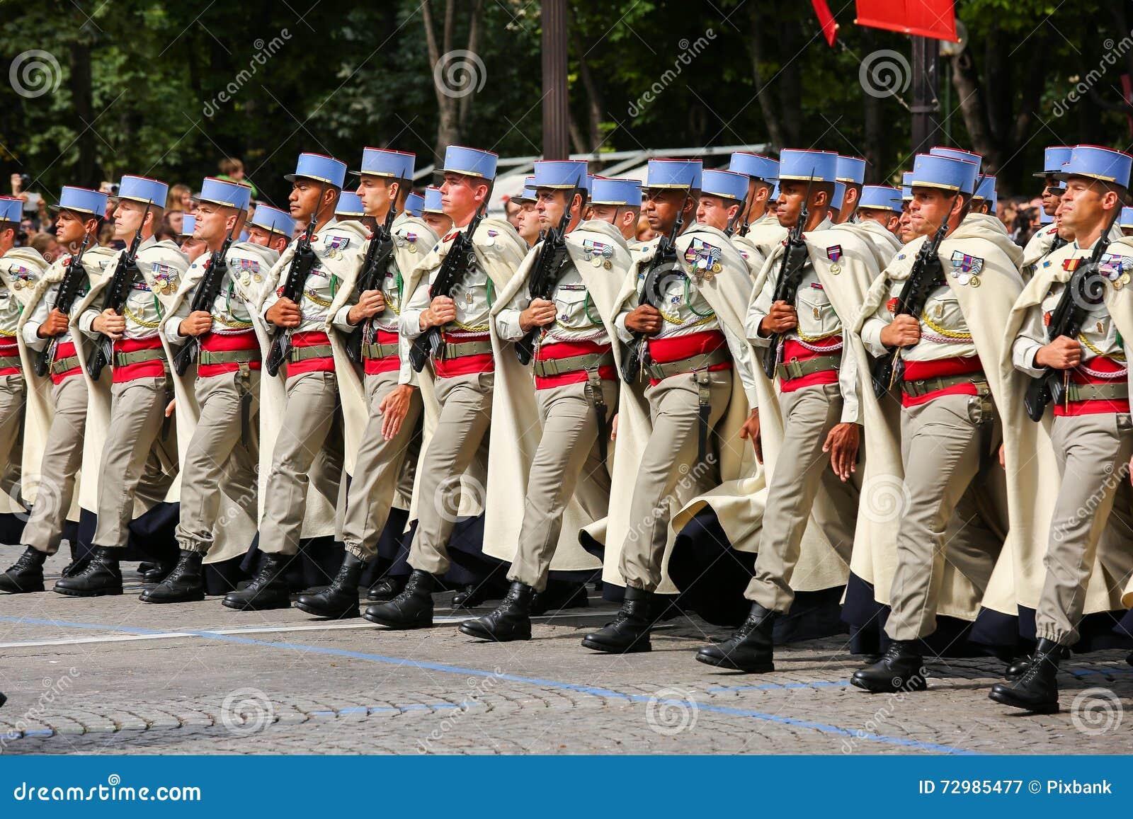 Parata militare (sfilata) durante il ceremonial della festa nazionale francese, viale di Elysee dei campioni