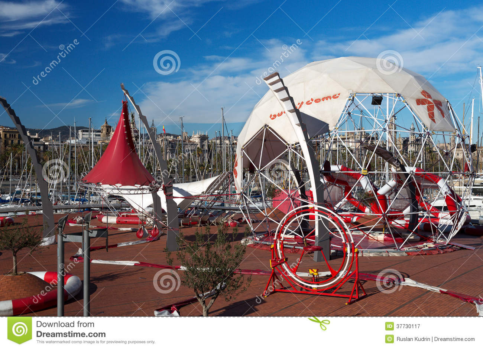 Parc d 39 attractions dans le port de barcelone photographie - Barcelone parc d attraction port aventura ...