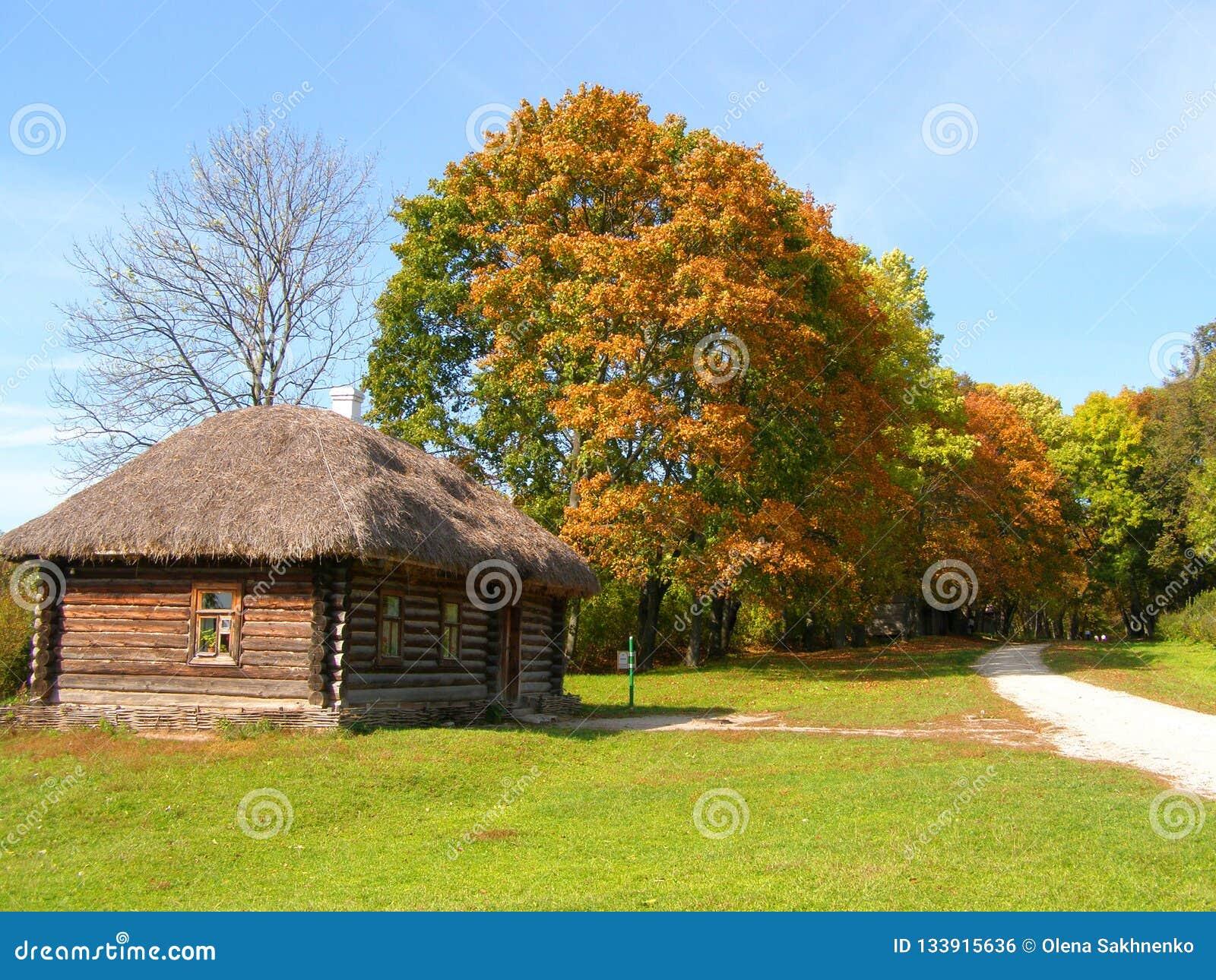 Parc d automne avec une vieille maison en bois chez Yasnaya Polyana