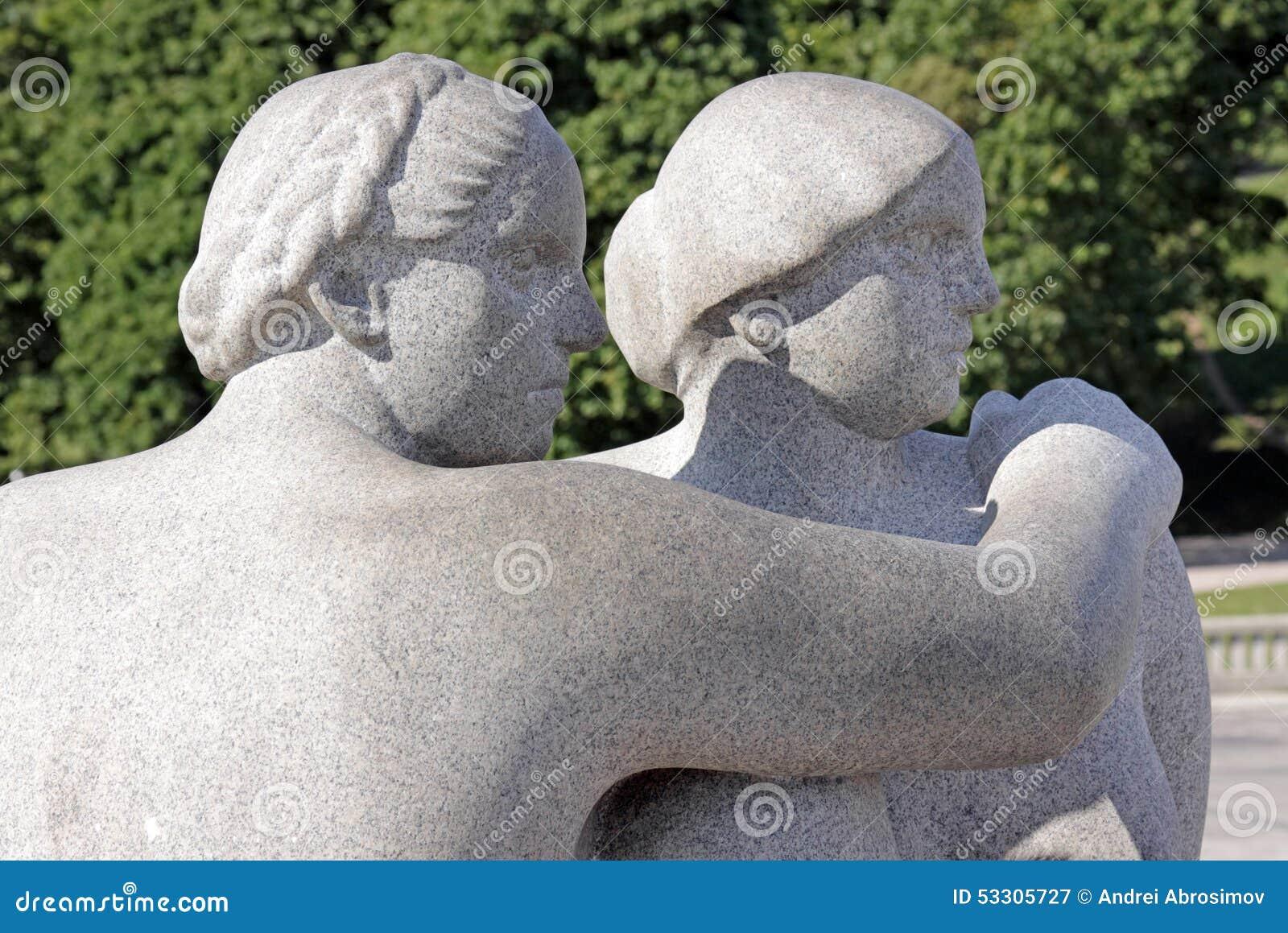 Parc de Vigeland, Oslo, Norvège, deux femmes regardant au côté
