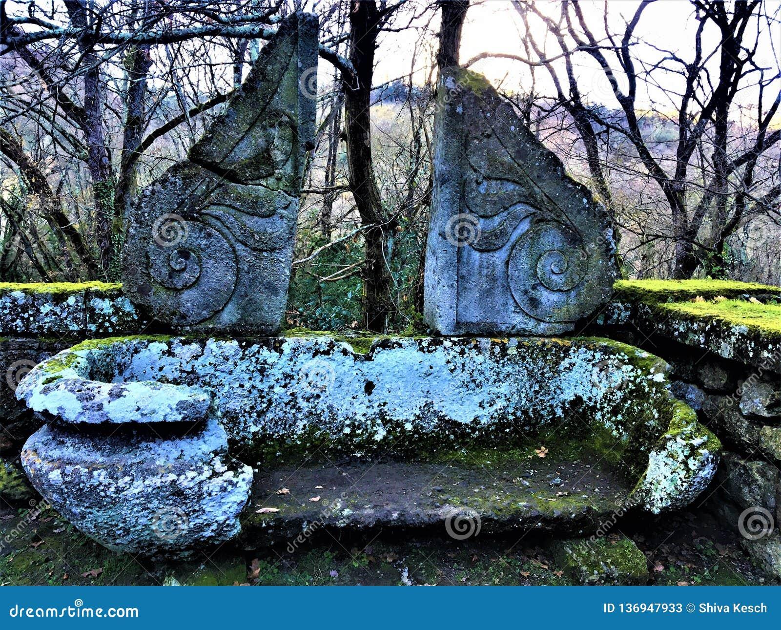 Parc des monstres, verger sacré, jardin de Bomarzo Baquet antique et de cru, décoration et alchimie