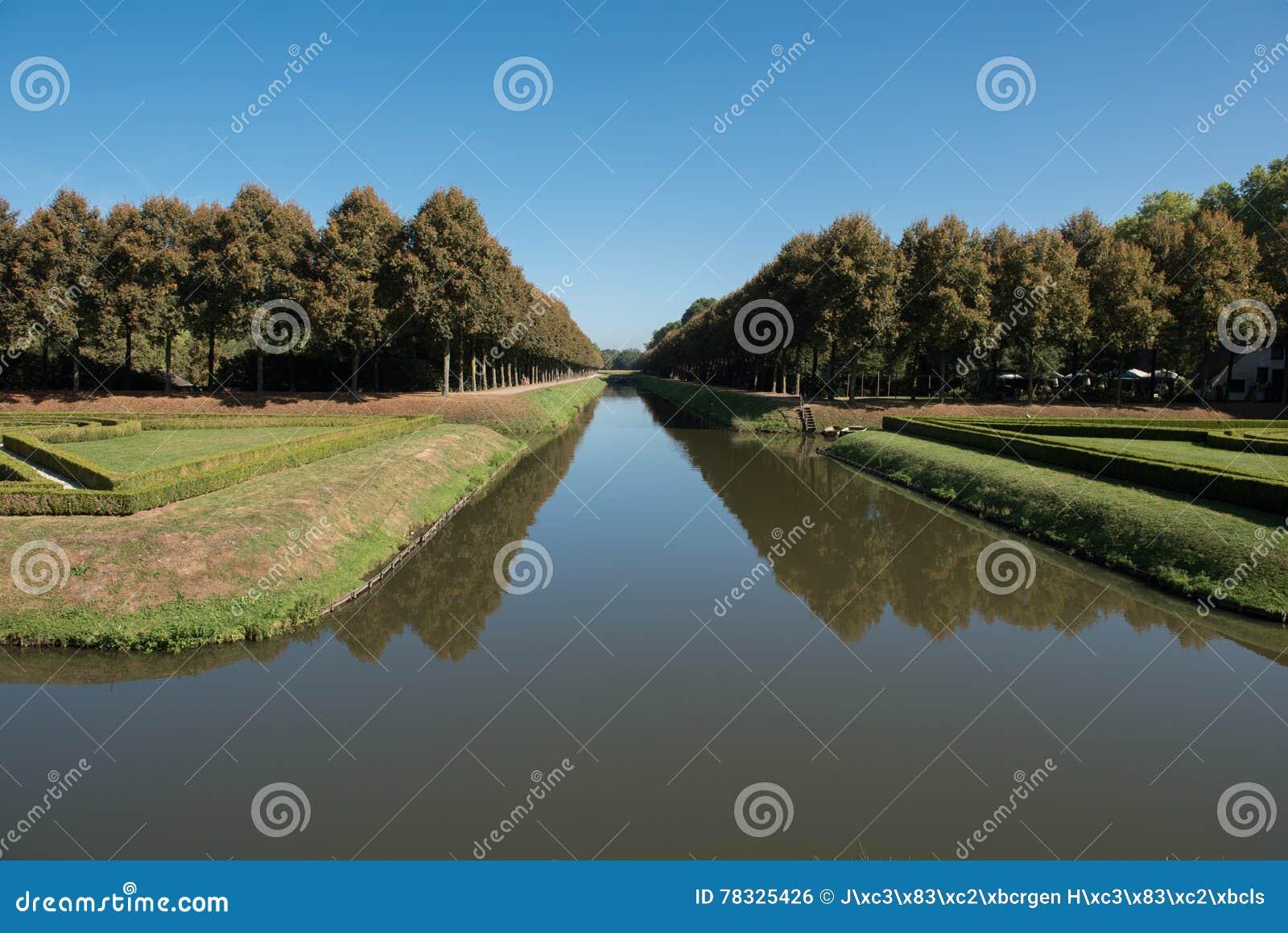 Parc ornemental dans Kleve en Allemagne avec le fossé
