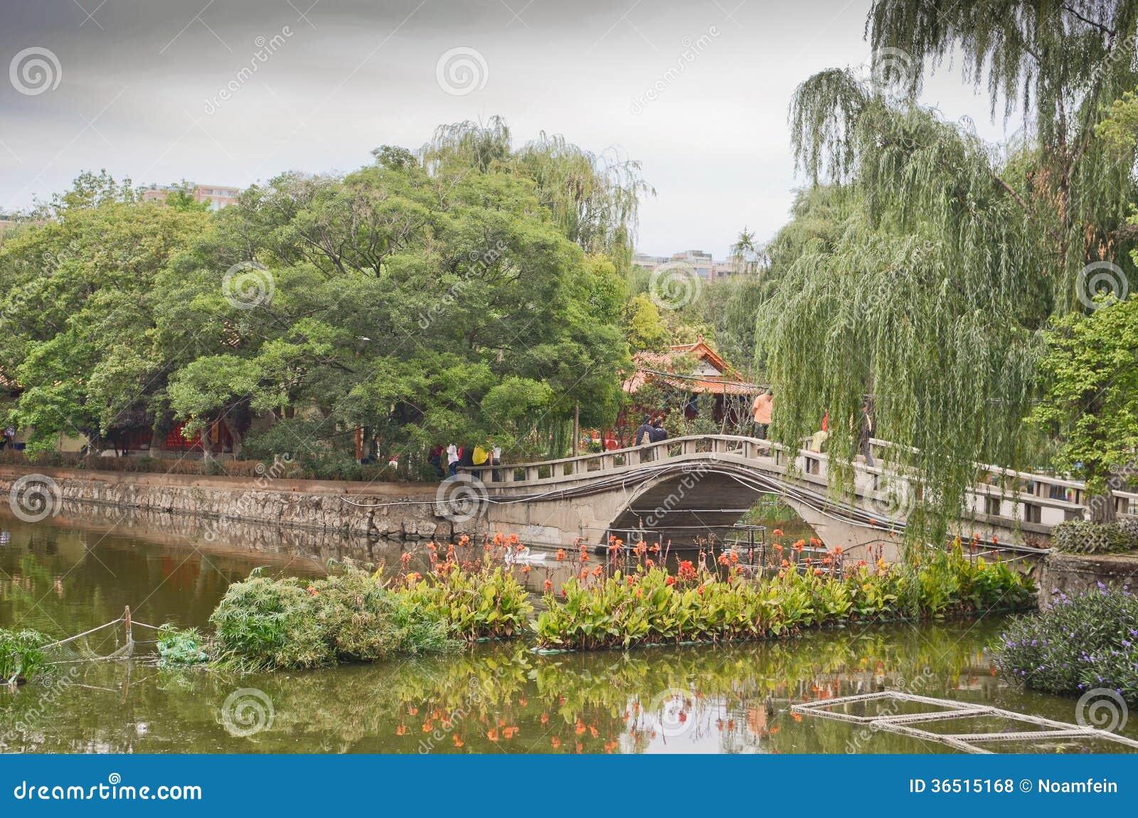 Parc vert de lac à Kunming, Chine
