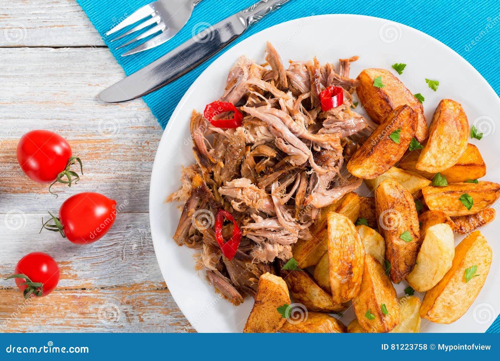 Parcela de carne deliciosa lento-cozinhada puxada com batata fritada