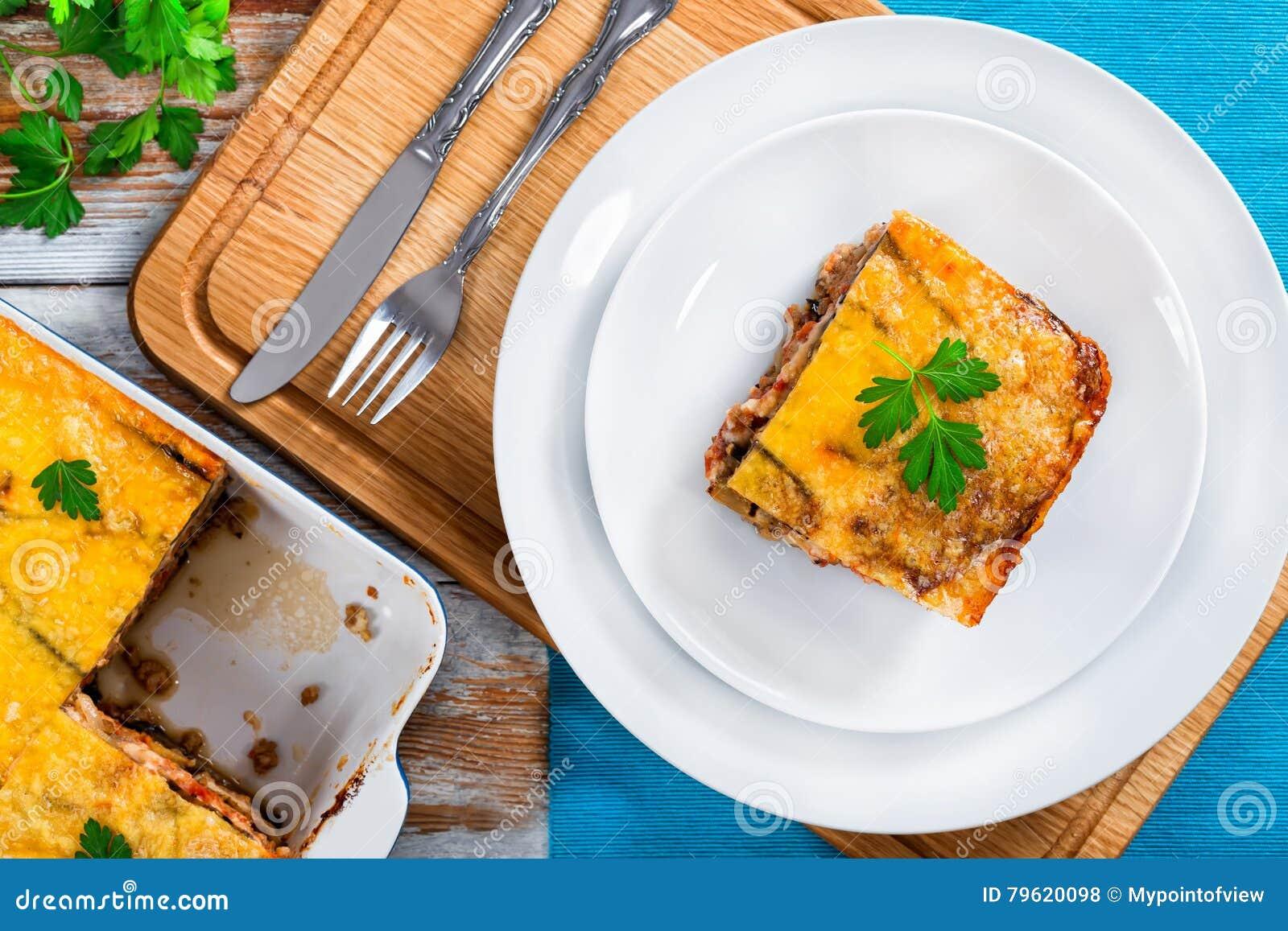 Parcela de moussaka delicioso decorada com salsa