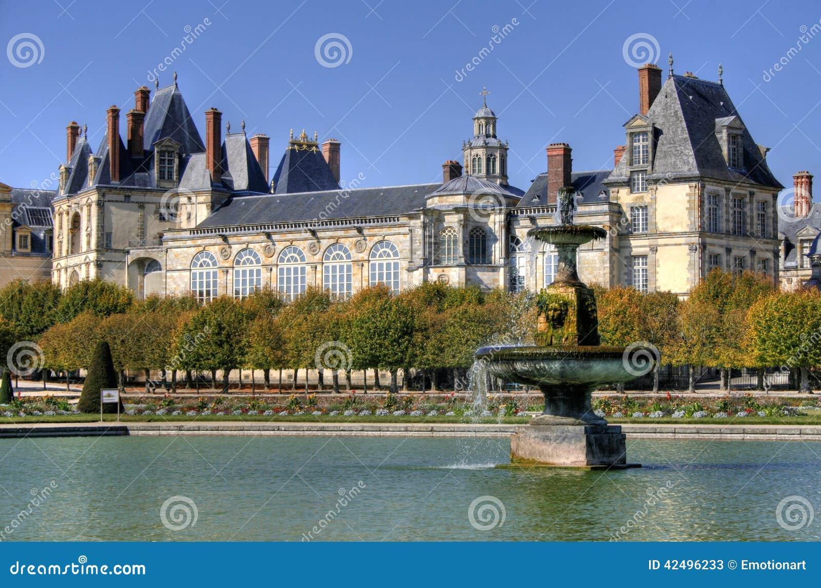 Parcheggi con lo stagno del palazzo di Fontainebleau in Francia