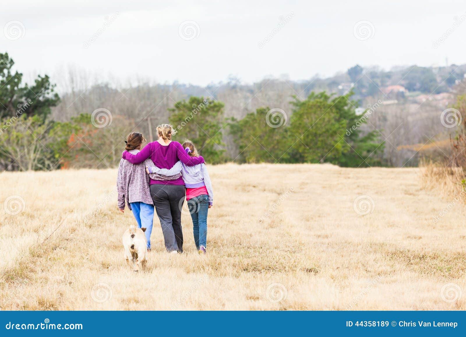 Parchi naturali di camminata delle figlie della madre