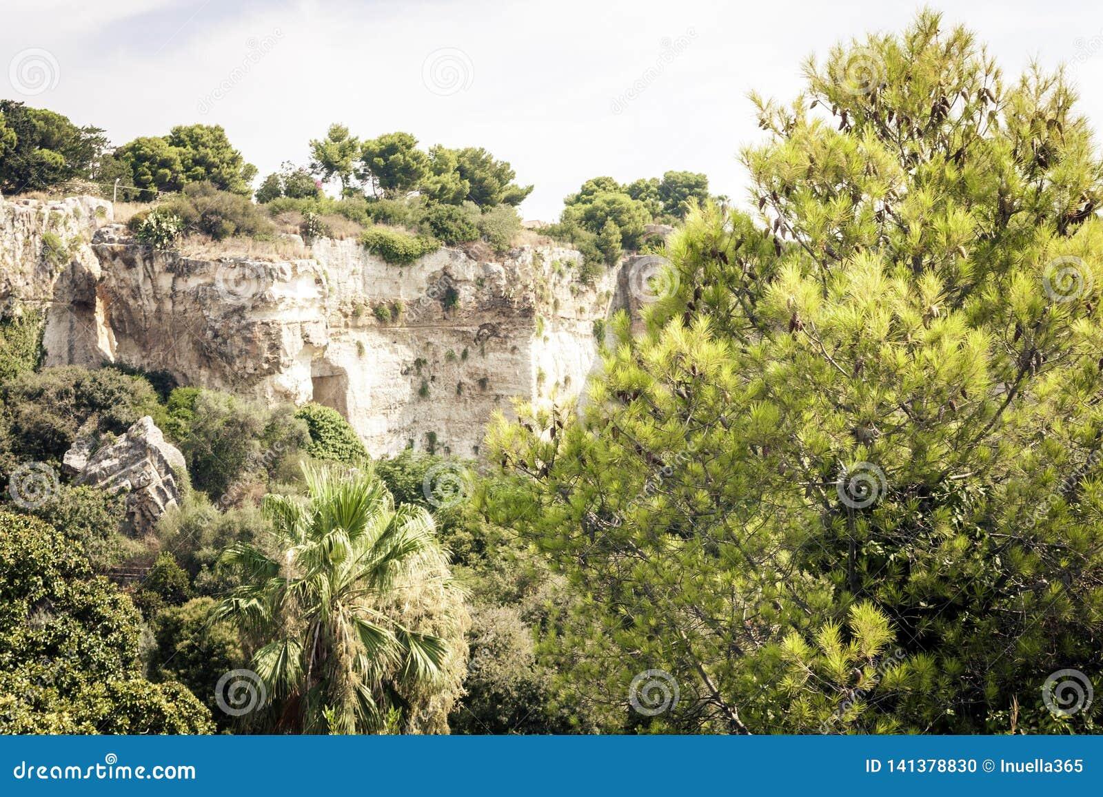 Parco archeologico, rocce vicino al teatro greco di Siracusa, rovine del monumento antico, Sicilia, Italia