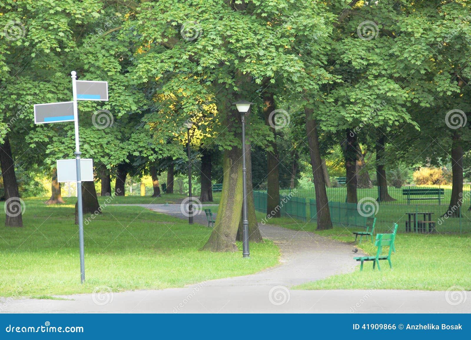 Parco verde con l indicatore stradale