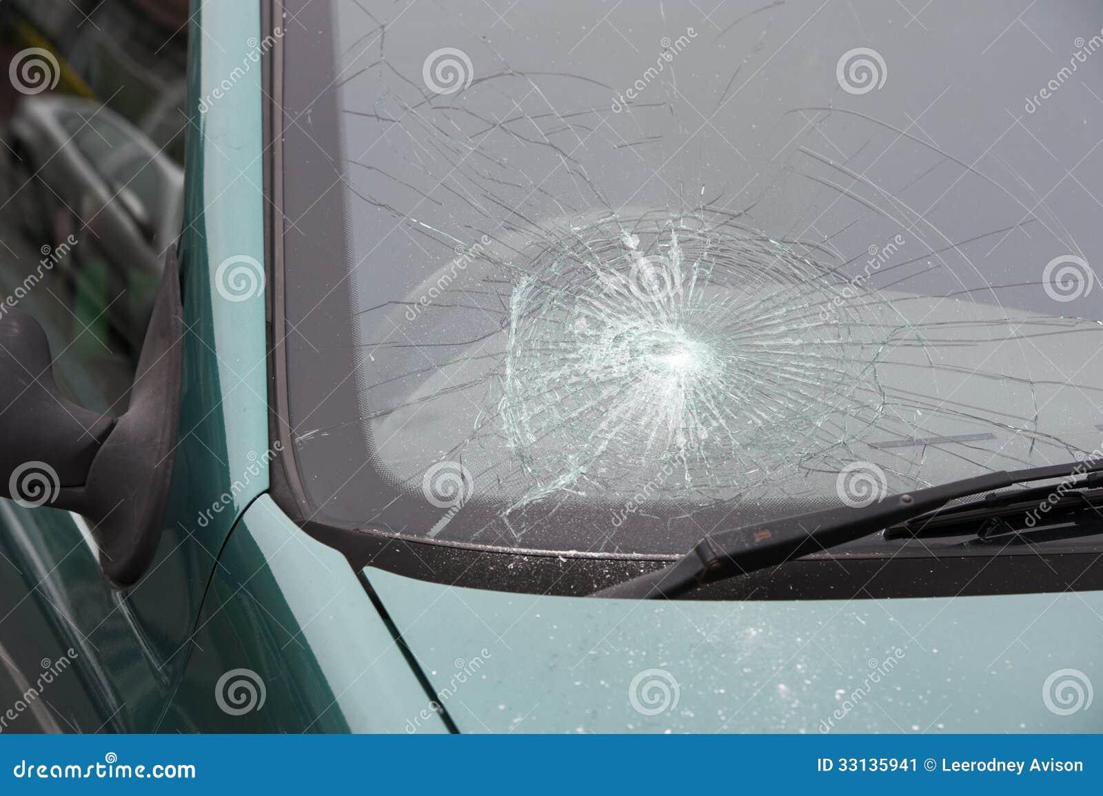pare brise cass heurt par accident de voiture image stock image 33135941. Black Bedroom Furniture Sets. Home Design Ideas