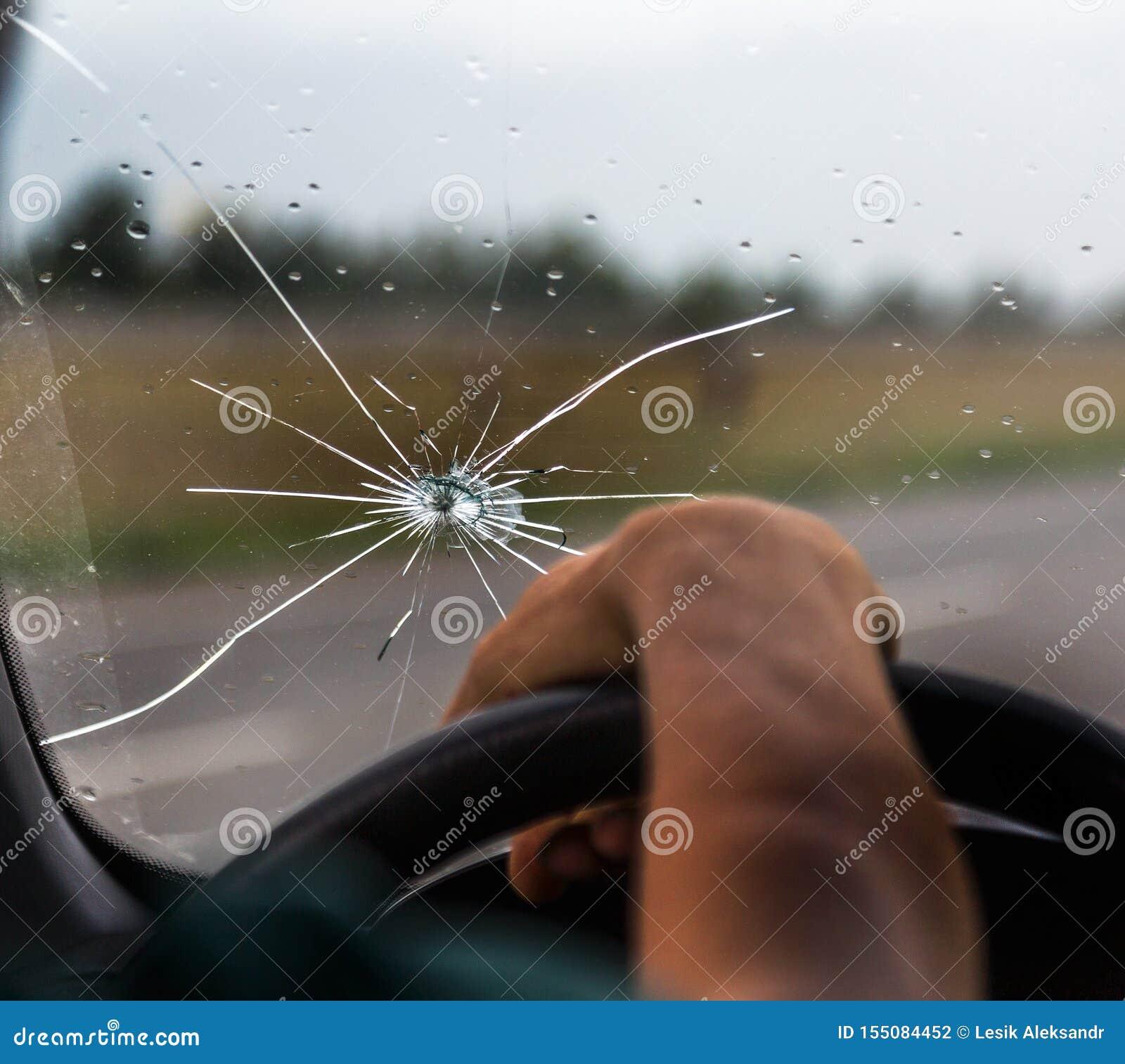 Pare-brise cass? d un v?hicule Un Web des fentes radiales, fissures sur le pare-brise triple Pare-brise cassé de voiture, verre e