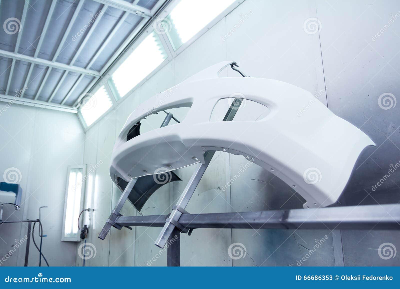 pare chocs de voiture avant la peinture dans une cabine de jet de voitures image stock image. Black Bedroom Furniture Sets. Home Design Ideas