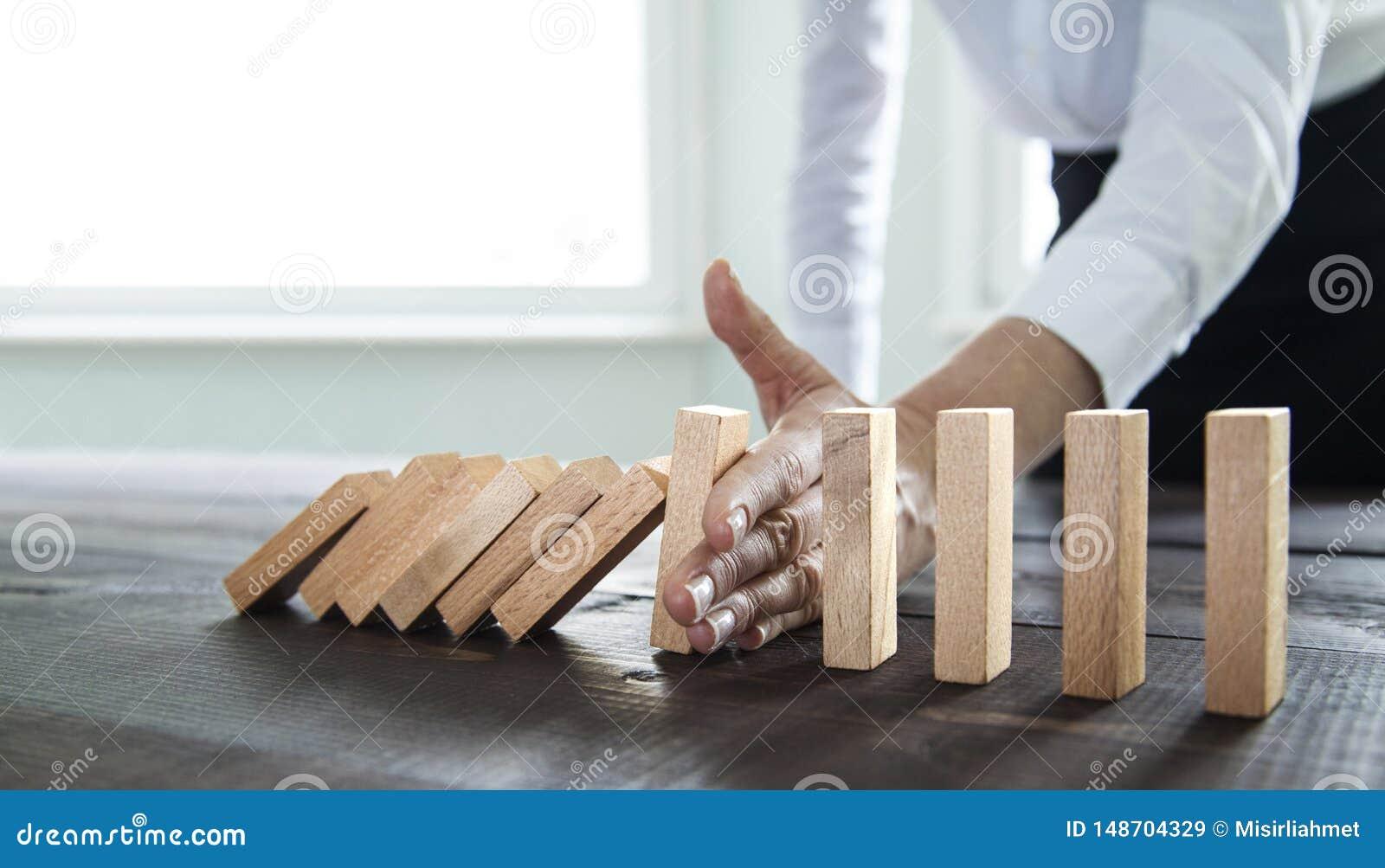 Pare el efecto de domin?