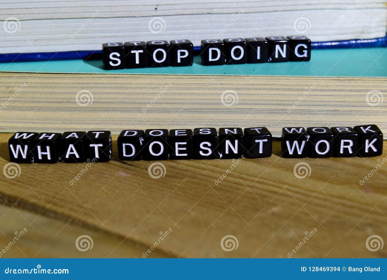 Pare el hacer de qué trabajo del ` t del doesn sobre bloques de madera Concepto de la motivación y de la inspiración