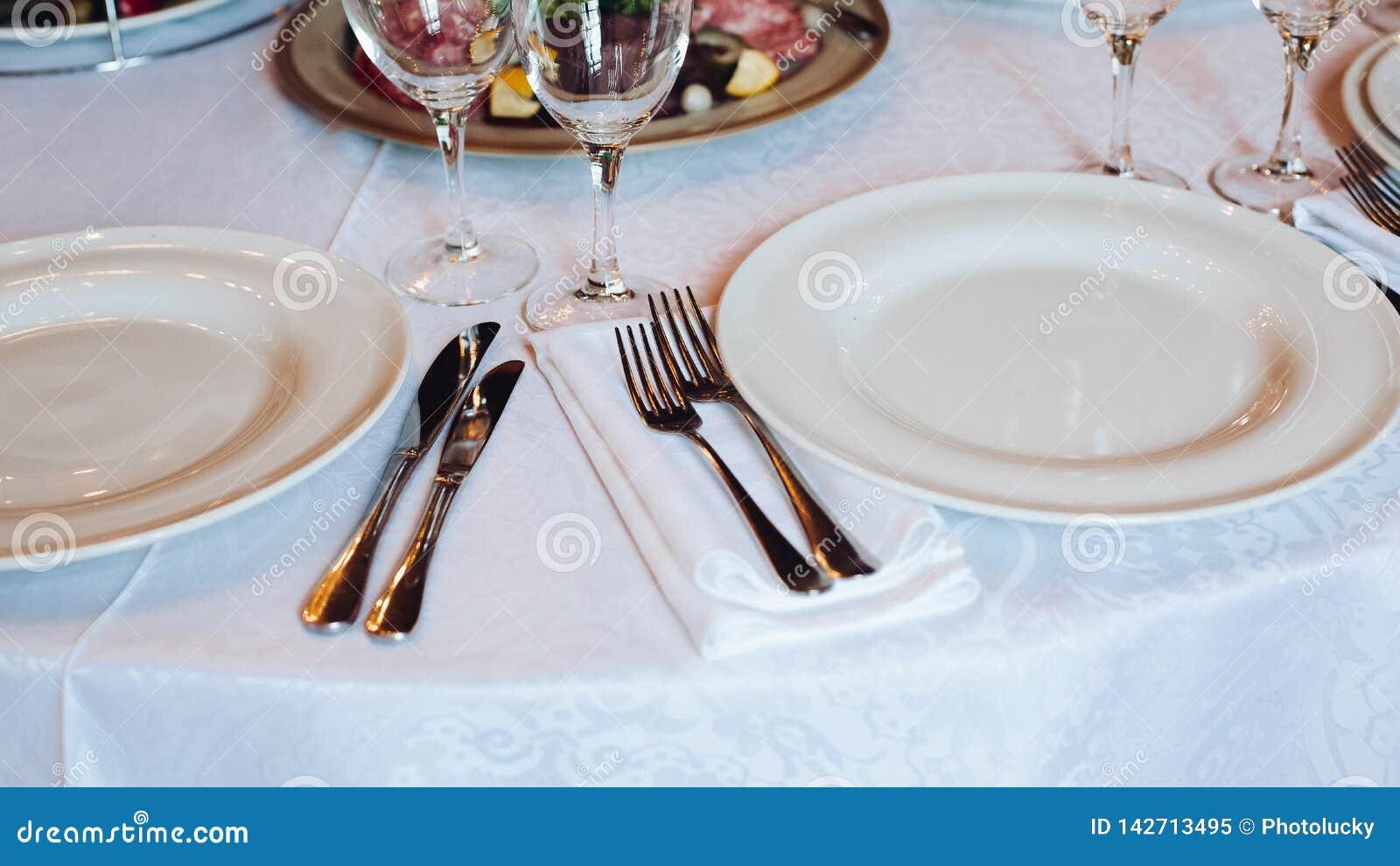 Parecchi spuntini sono servito sulla festa di compleanno o sulla celebrazione di nozze