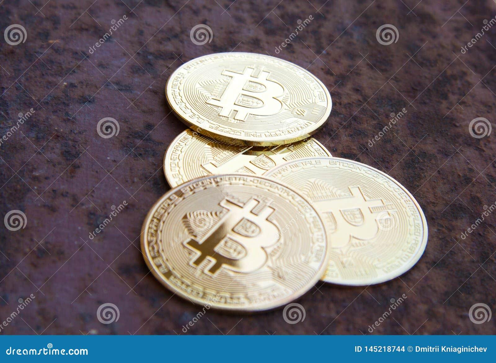 Parecchie monete del bitcoin su ferro arrugginito - immagine