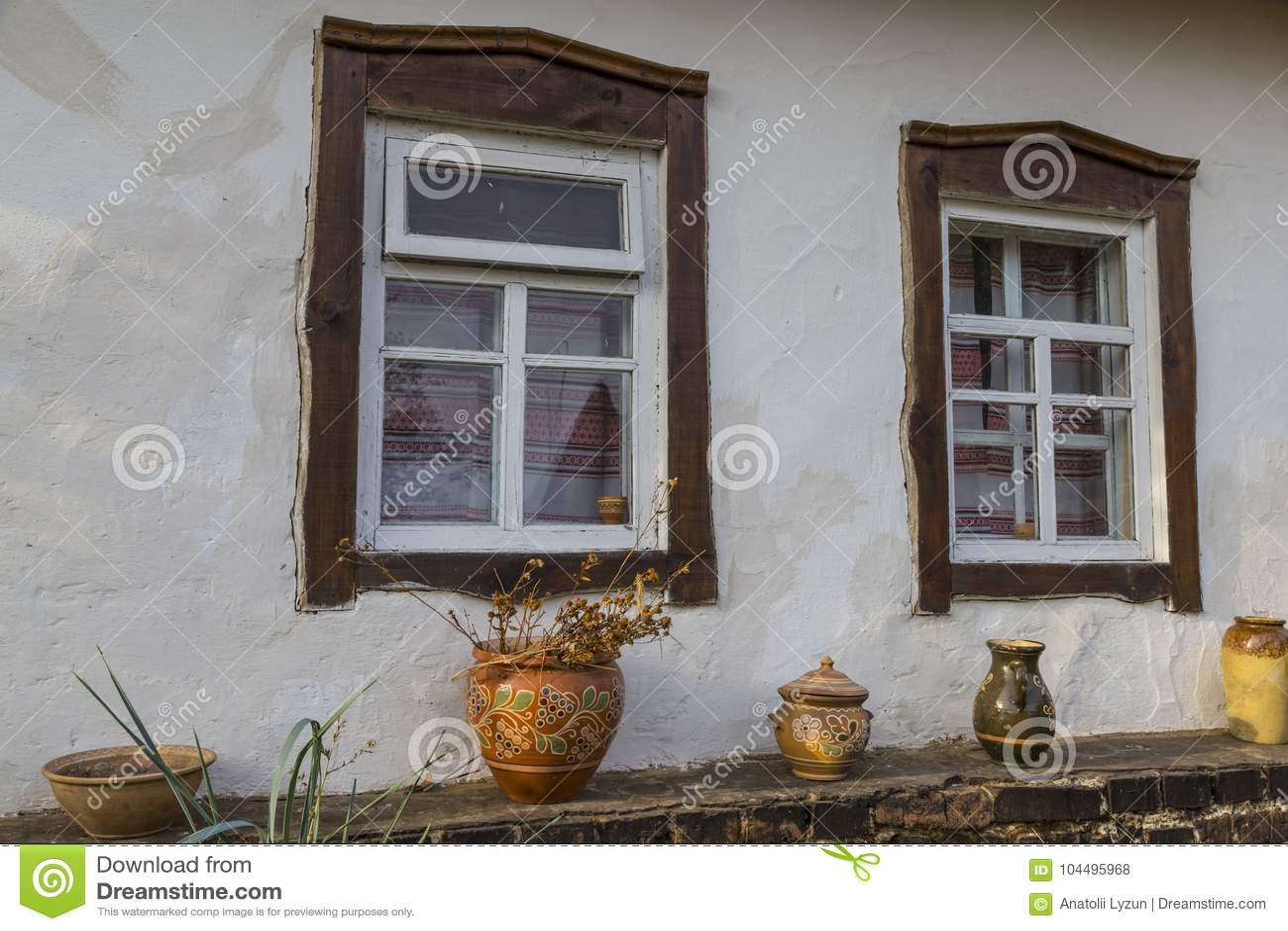 Pared Blanca De La Casa Vieja De La Arcilla Con Dos Ventanas Con El ...