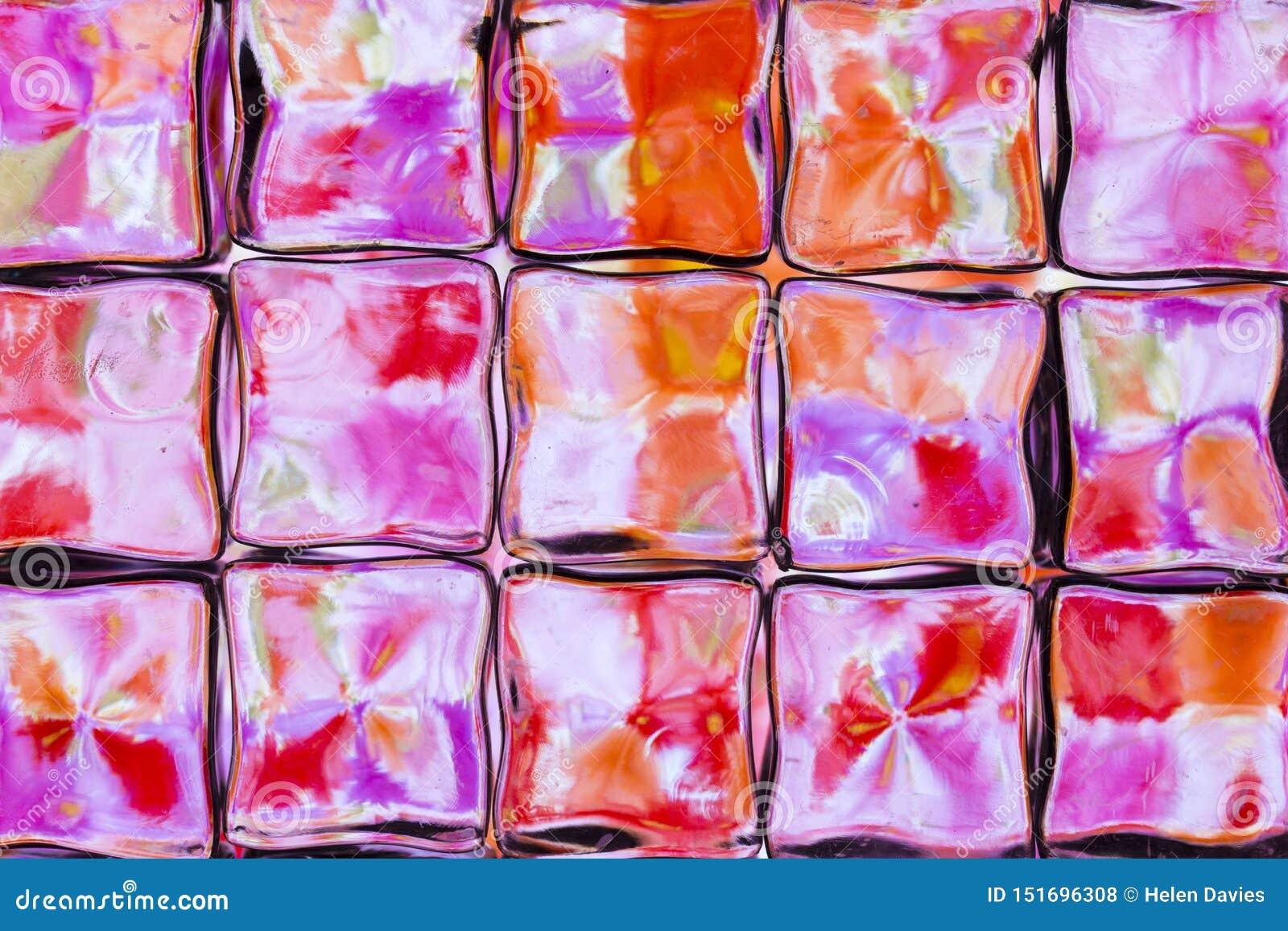 Pared brillantemente coloreada del bloque de cristal