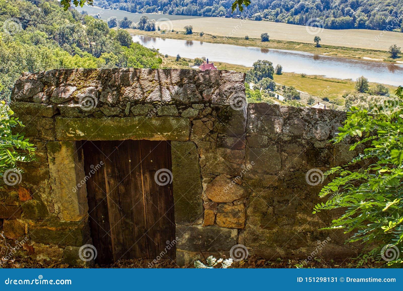 Pared con la puerta de entrada al viñedo en el Spaargebirge sajón