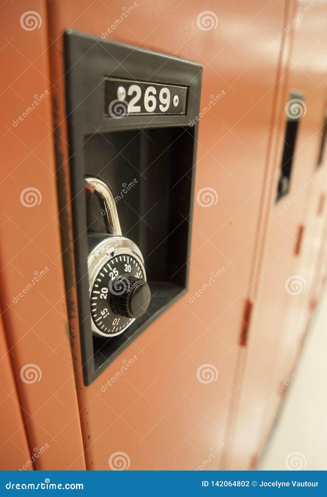 Pared de armarios en un pasillo de la escuela