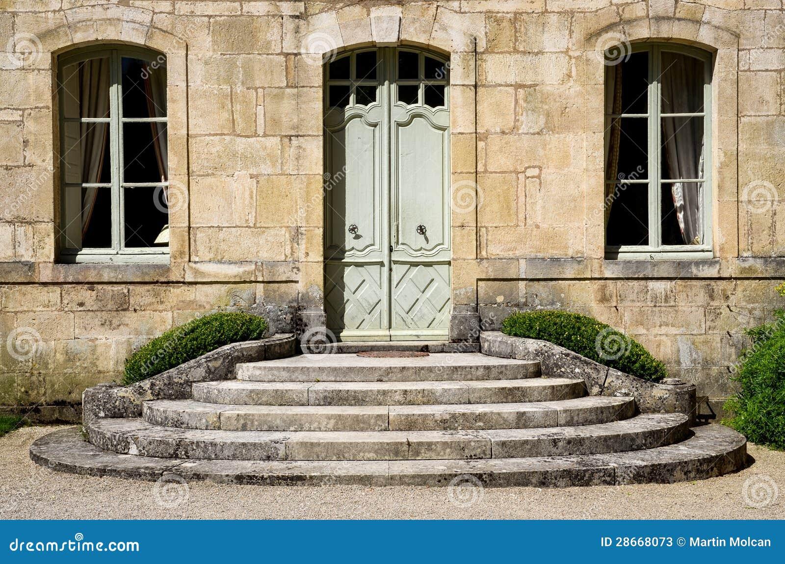 Pared de la casa del vintage con la puerta y las ventanas - La casa vintage ...