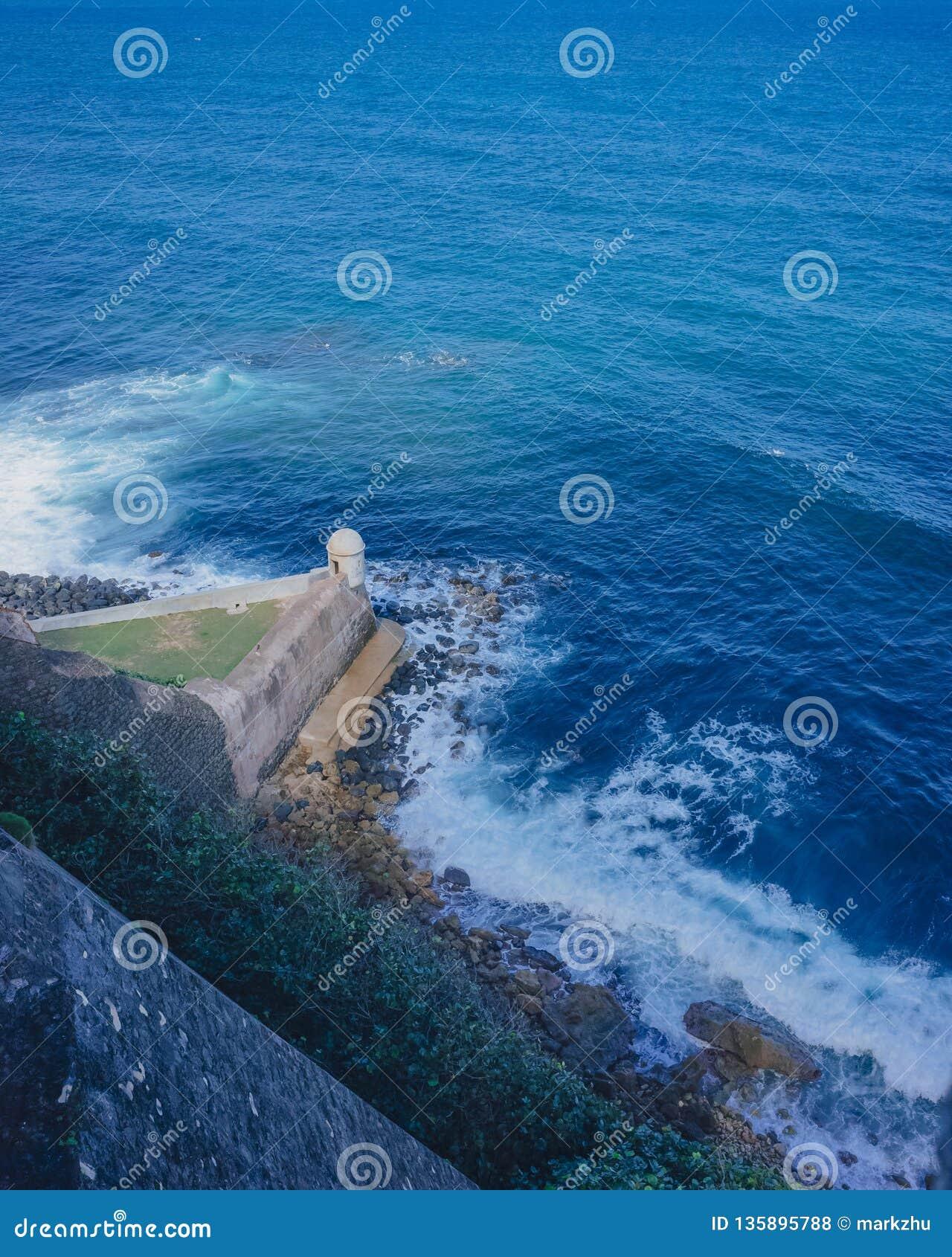 Pared de la fortaleza y caja de centinela sobre el mar azul en San Juan viejo, Puerto Rico