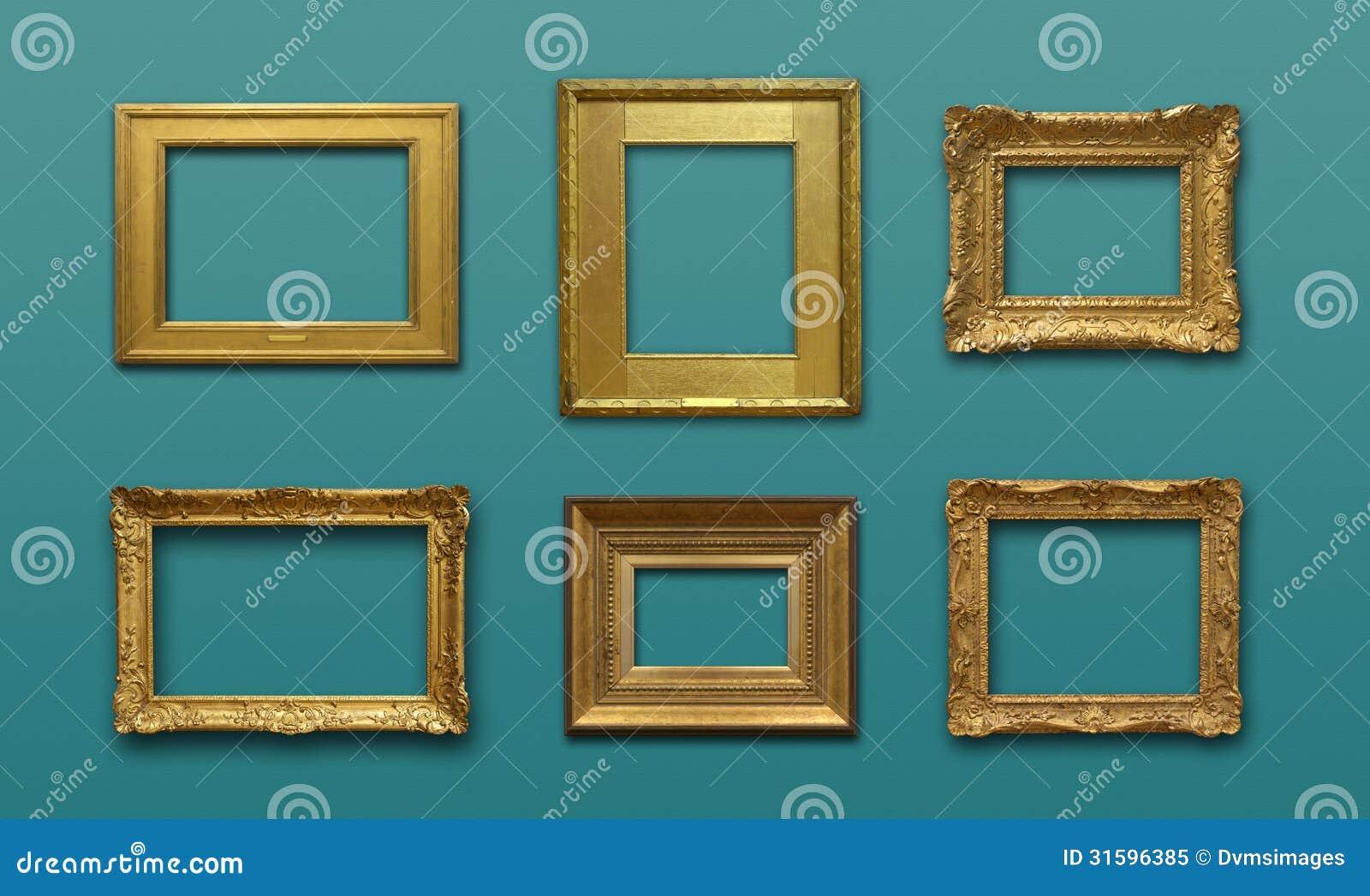 Pared De La Galería Con Los Marcos Del Oro Imagen de archivo ...