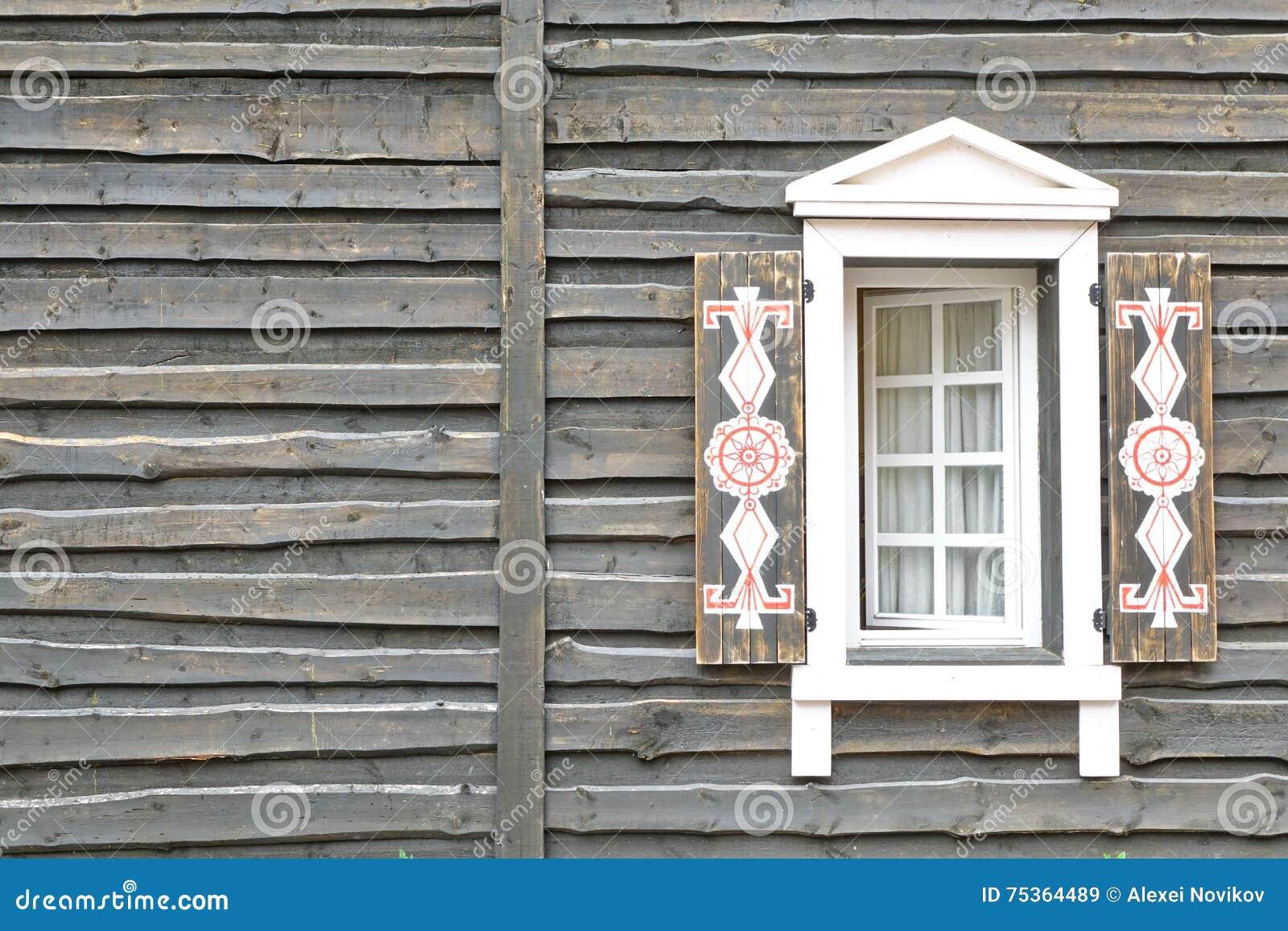 Pared de madera de la casa en estilo r stico moderno del - Casas estilo rustico moderno ...