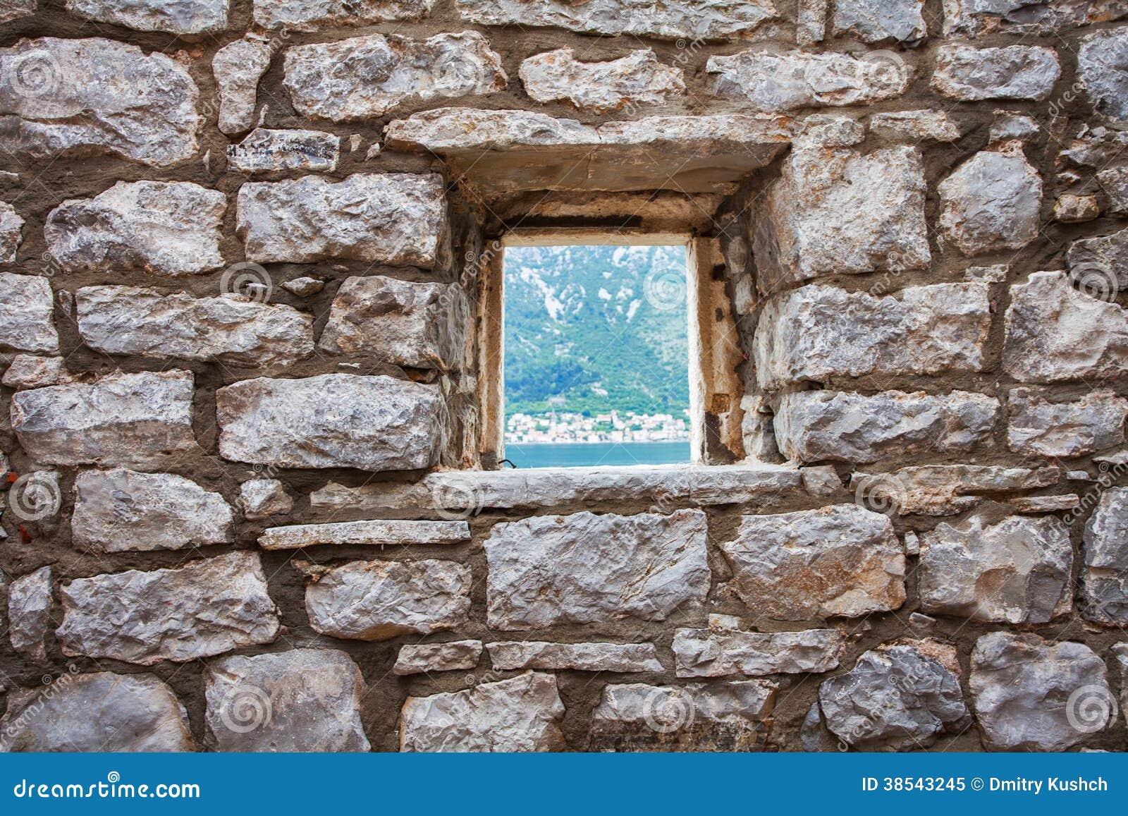 Pared de piedra con la ventana foto de archivo libre de - Pared de piedra ...
