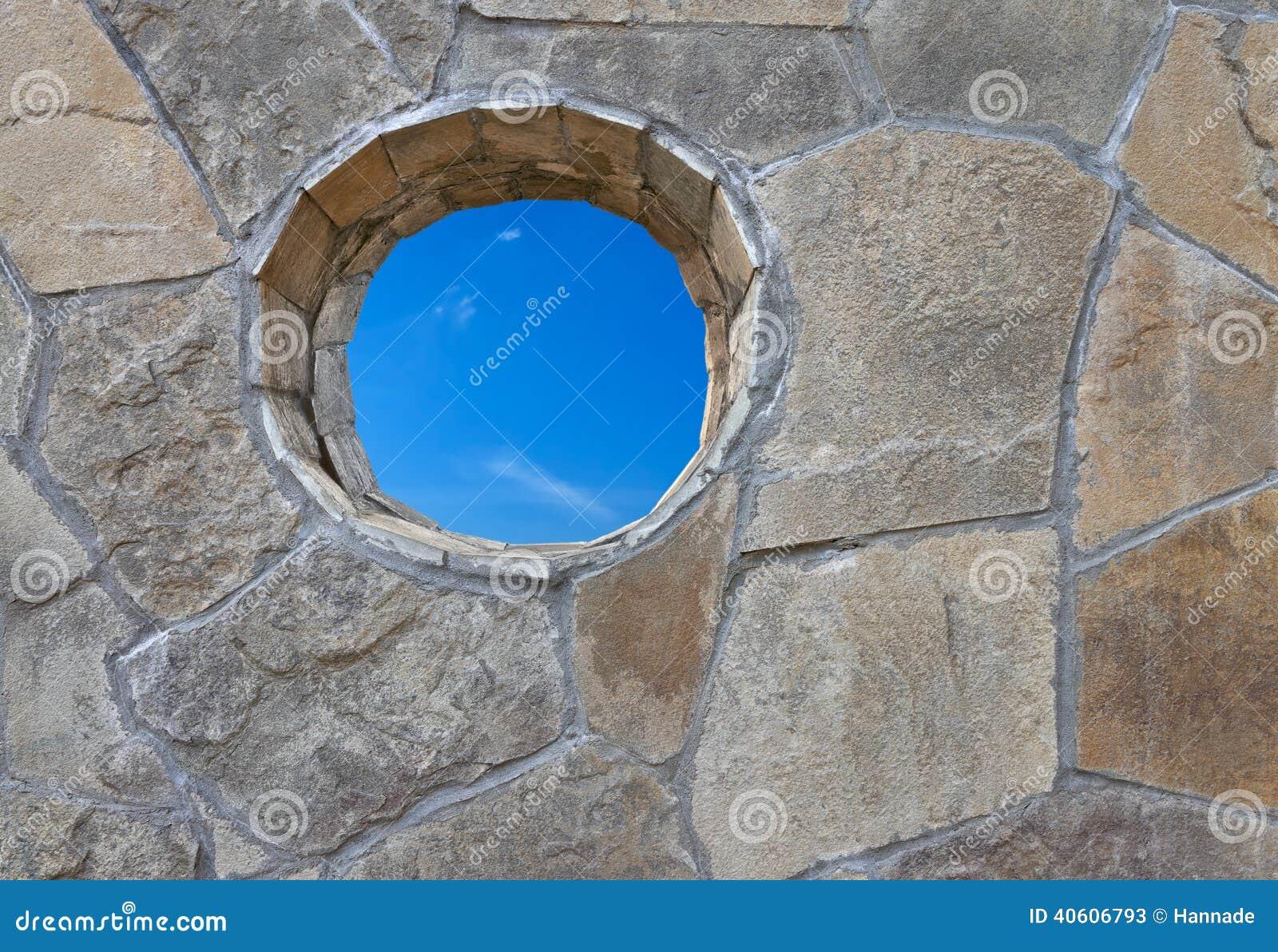 Pared de piedra con un agujero redondo