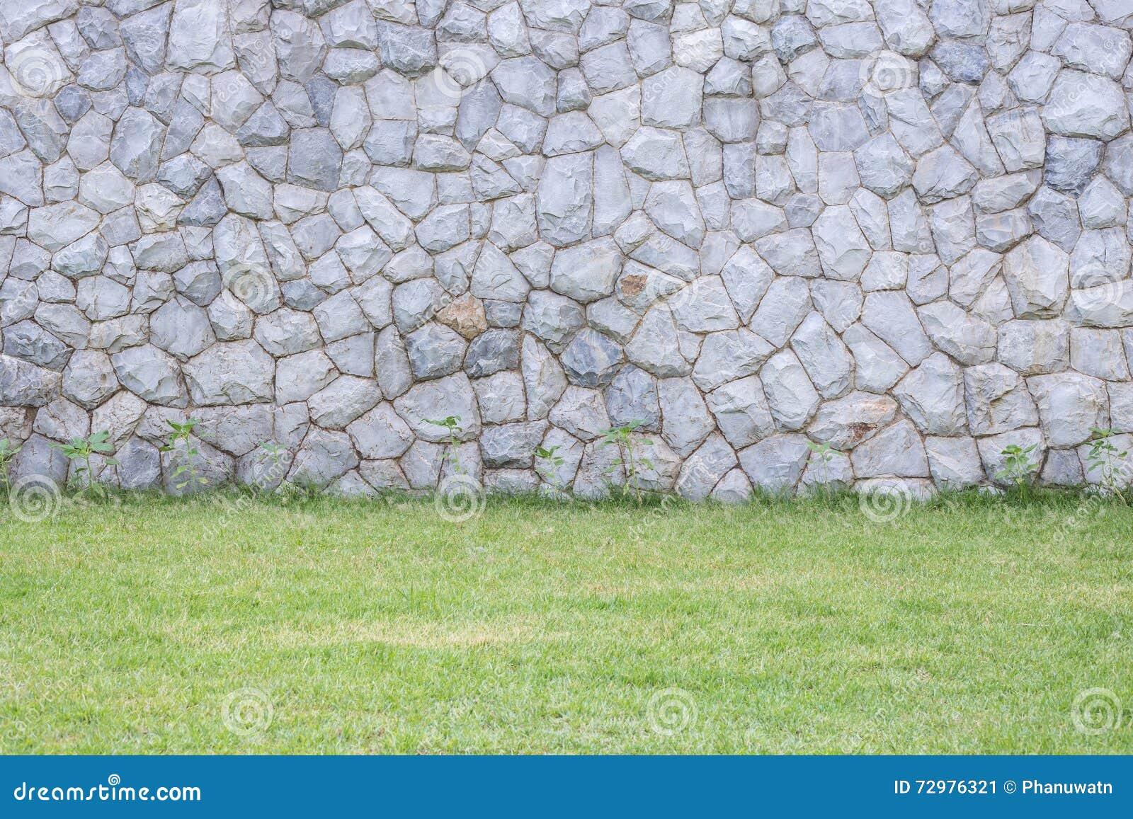 pared de piedra exterior decorativa en el jardn foto de archivo