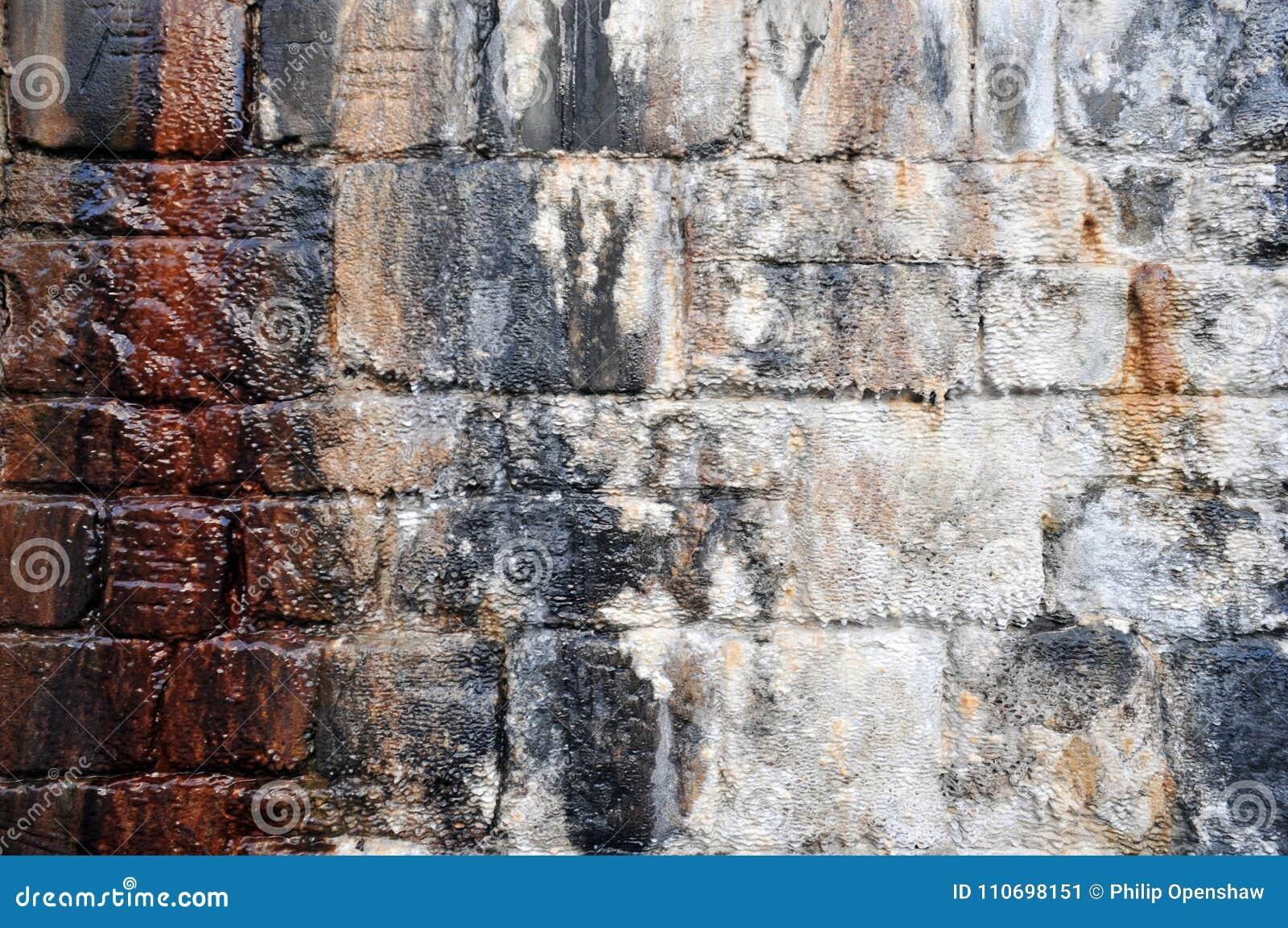 Pared De Piedra Exterior Humeda Con Las Marcas De Agua Y La Capa - Piedra-pared-exterior