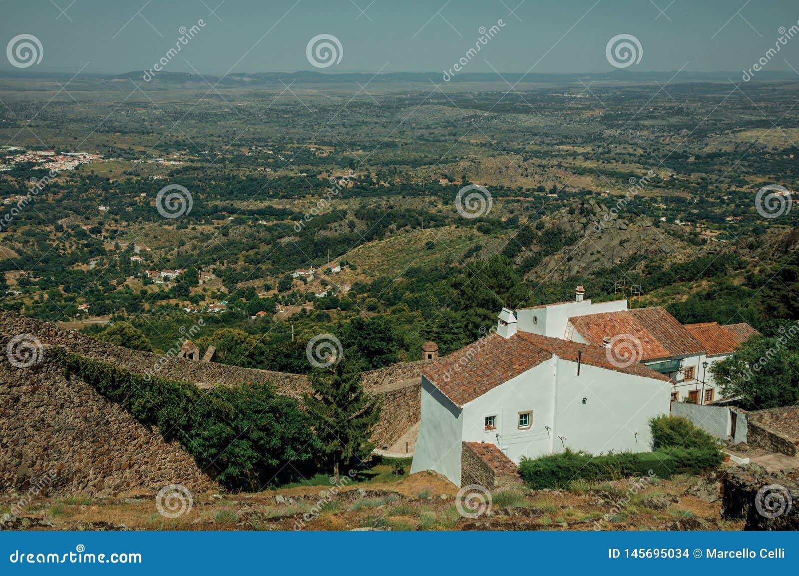 Pared de piedra y casas blancas viejas en Marvao