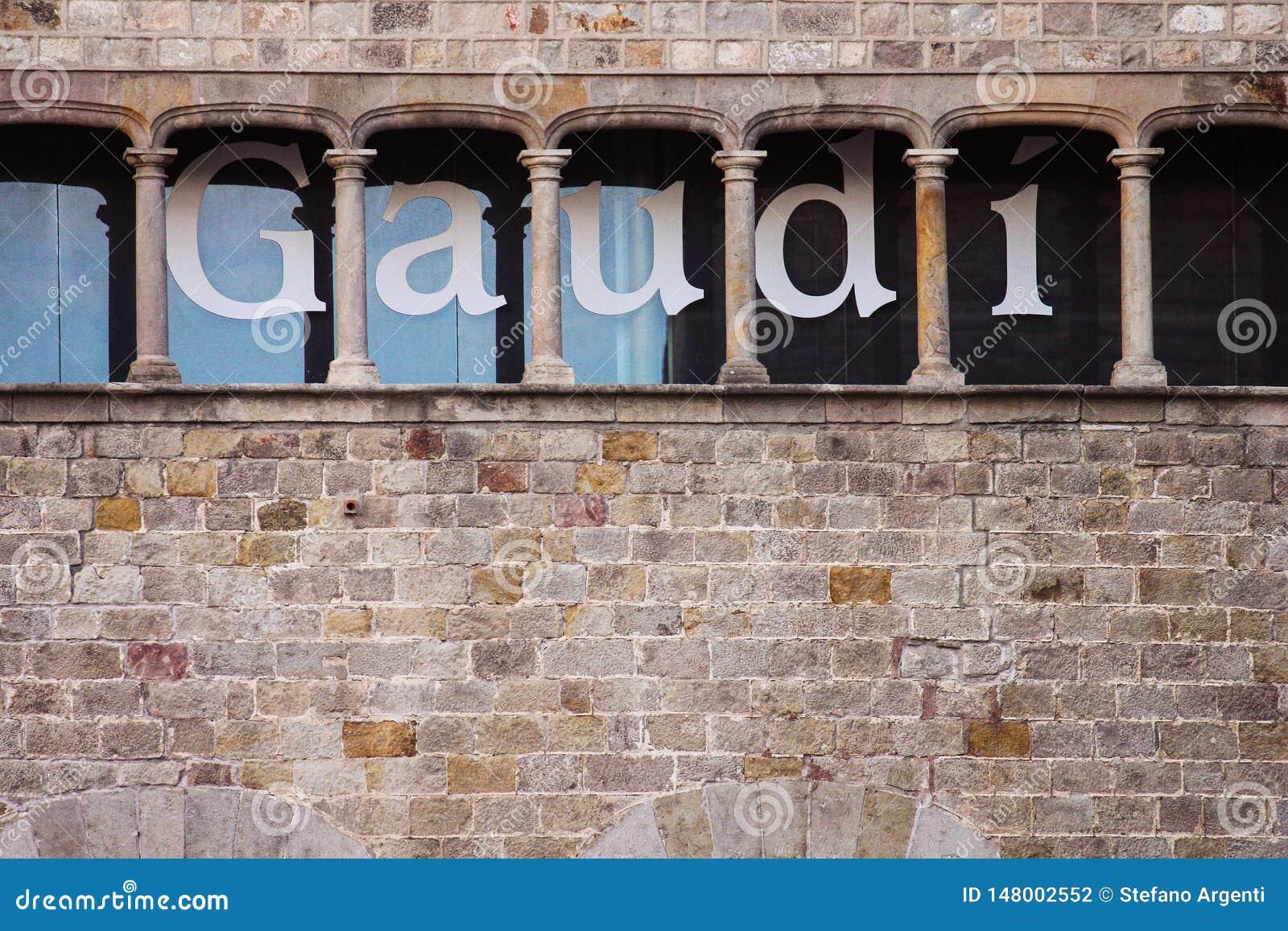 Pared del museo de Gaudì con las letras grandes en ella