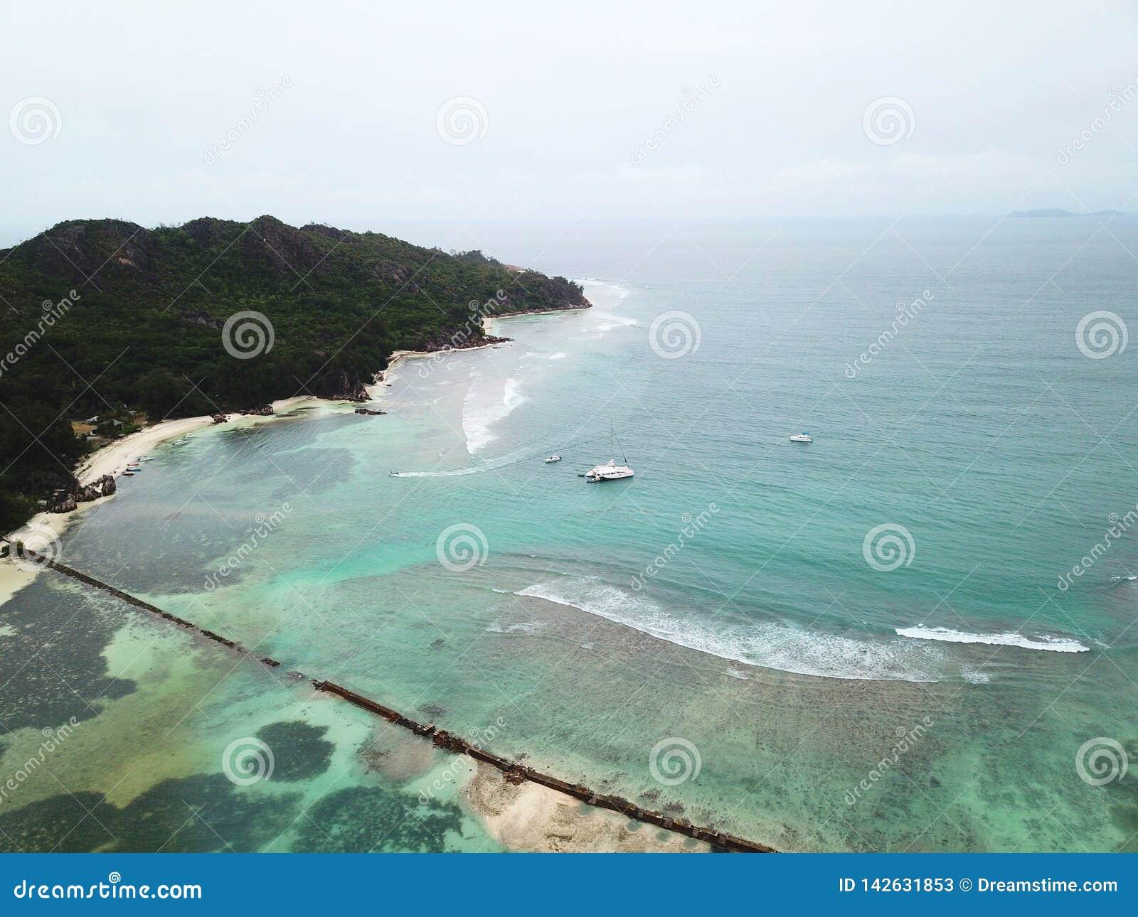 Pared del tsunami en la isla curiosa