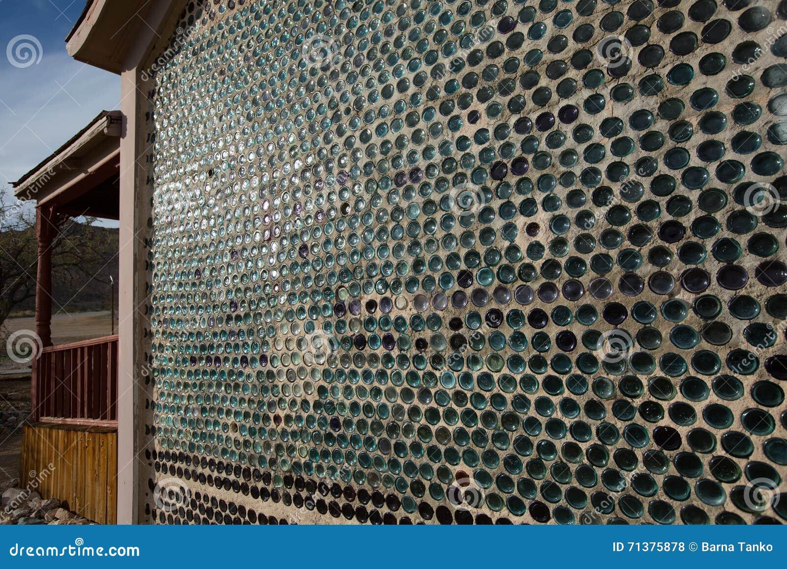 Pared hecha de las botellas de cristal foto de archivo - Riscaldare casa gratis ...