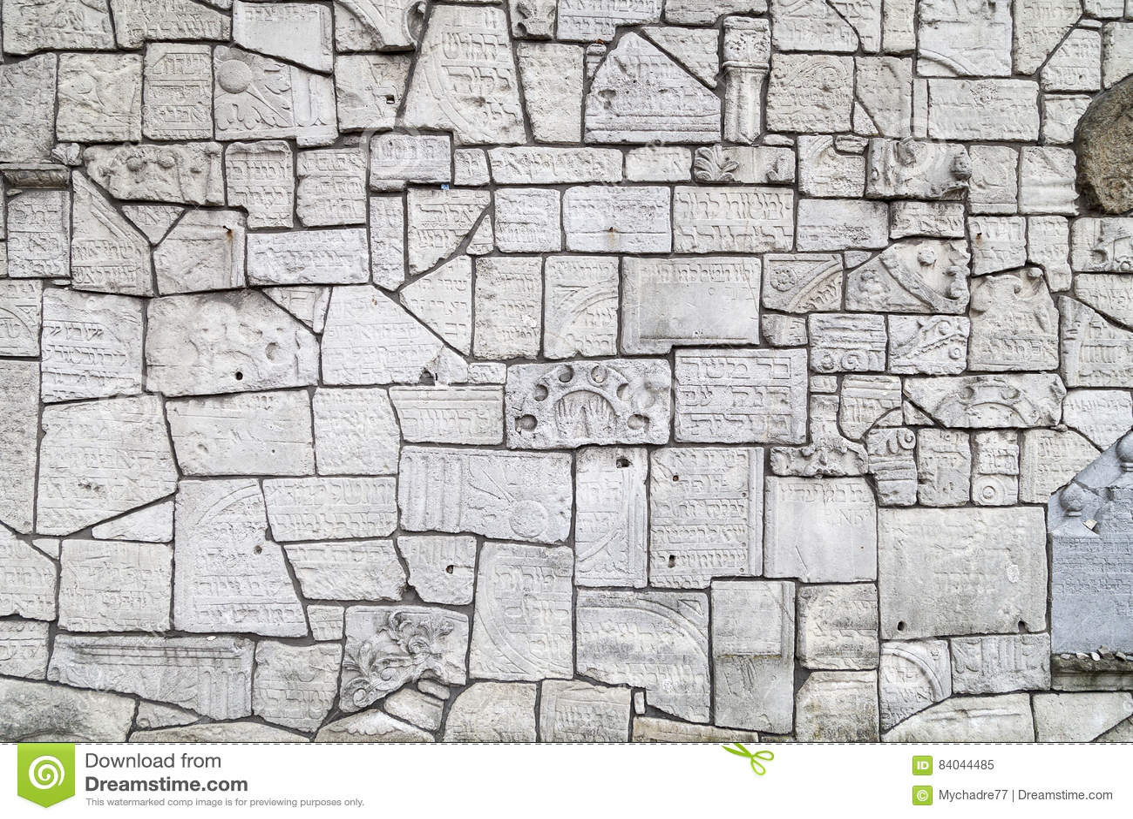 Pared que se lamenta en el cementerio de Remuh construido con los fragmentos de piedras sepulcrales judías, Kraków, Polonia