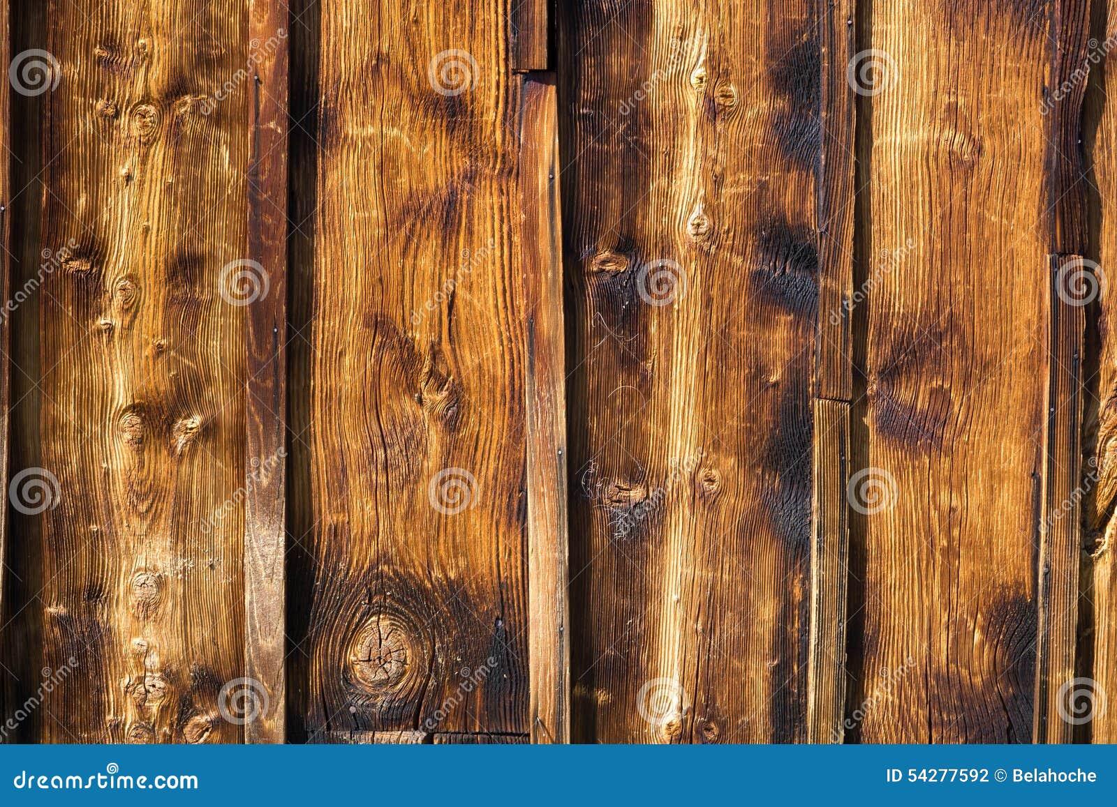 Pared r stica de madera exterior cubierta con el - Revestir pared con madera ...