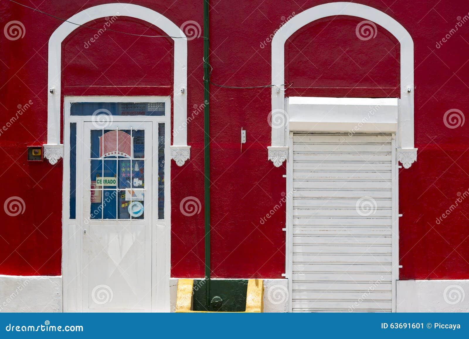 Pared roja coloreada y puertas blancas, arquitectura colonial en Venez