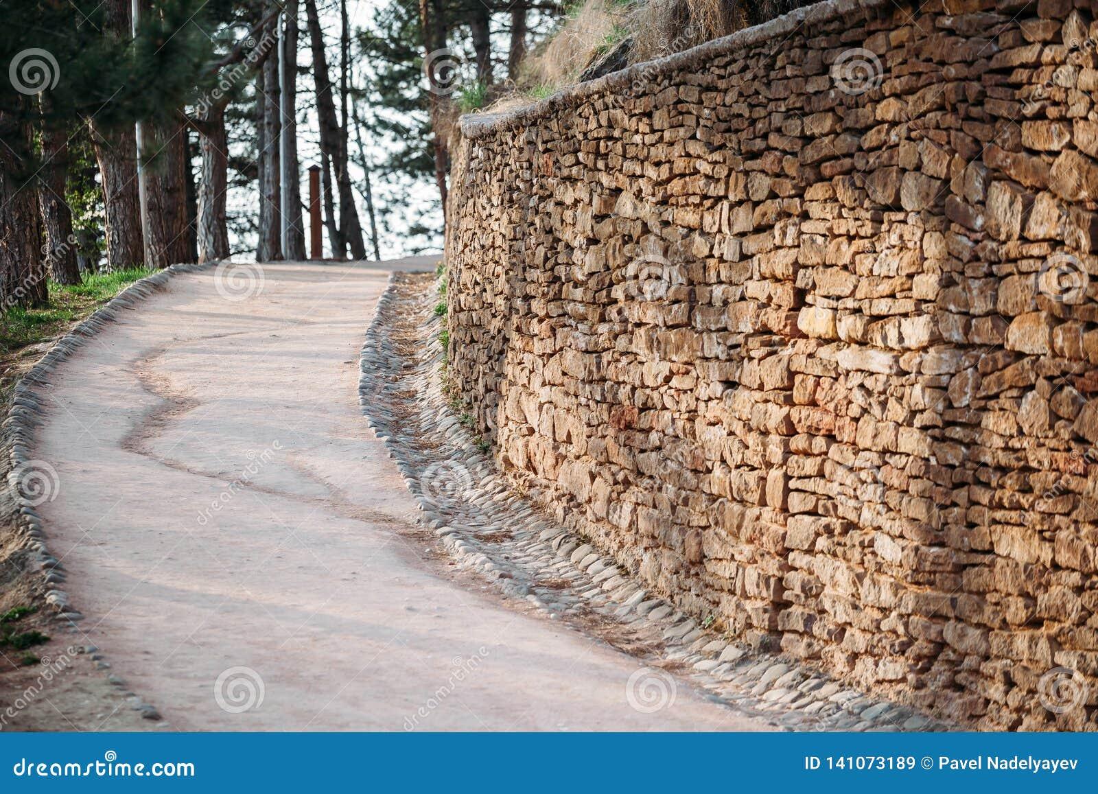 Parede antiga do trajeto pavimentada com os tijolos no parque