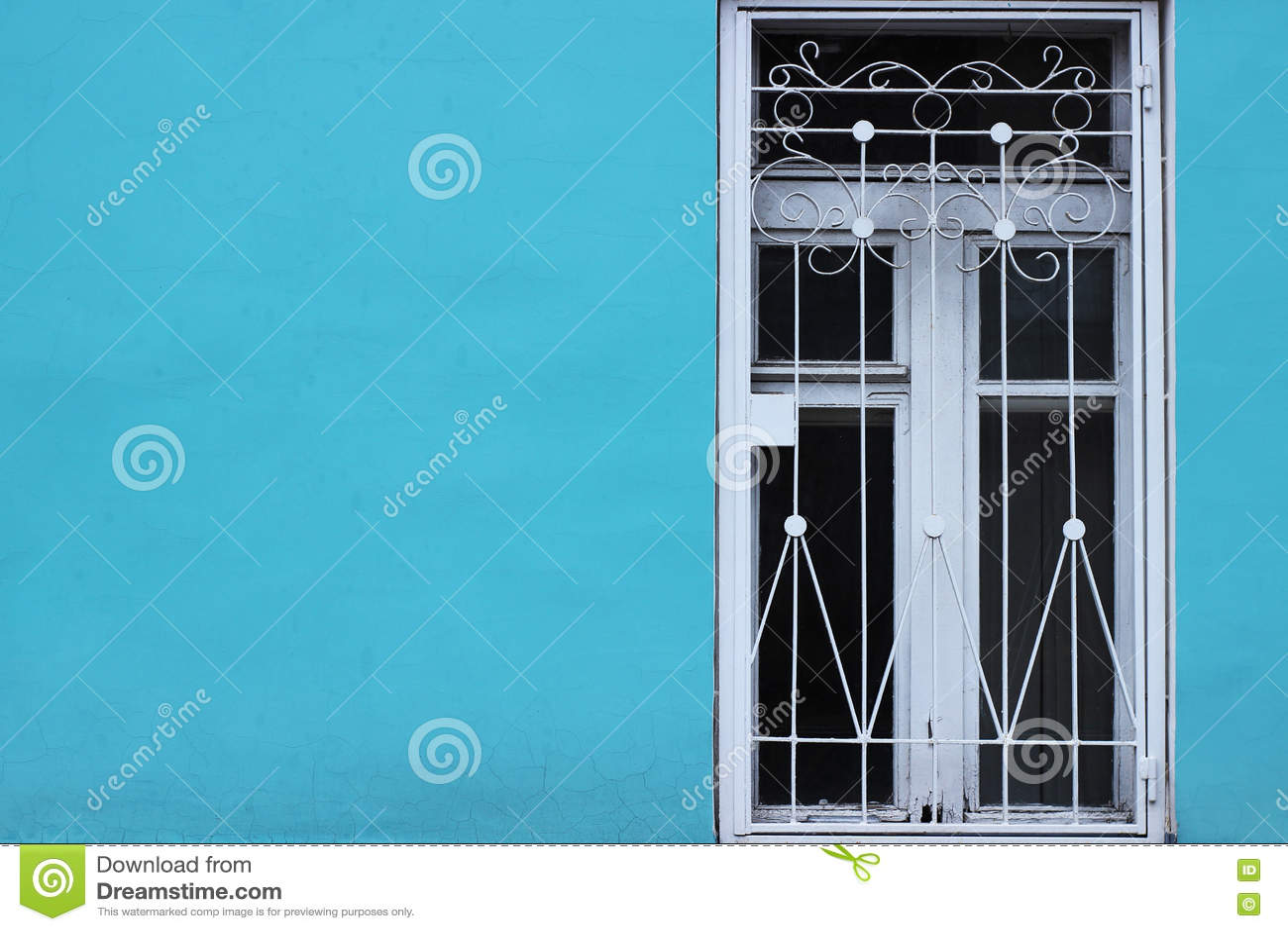 Parede azul brilhante e janela velha branca com barras minimalism