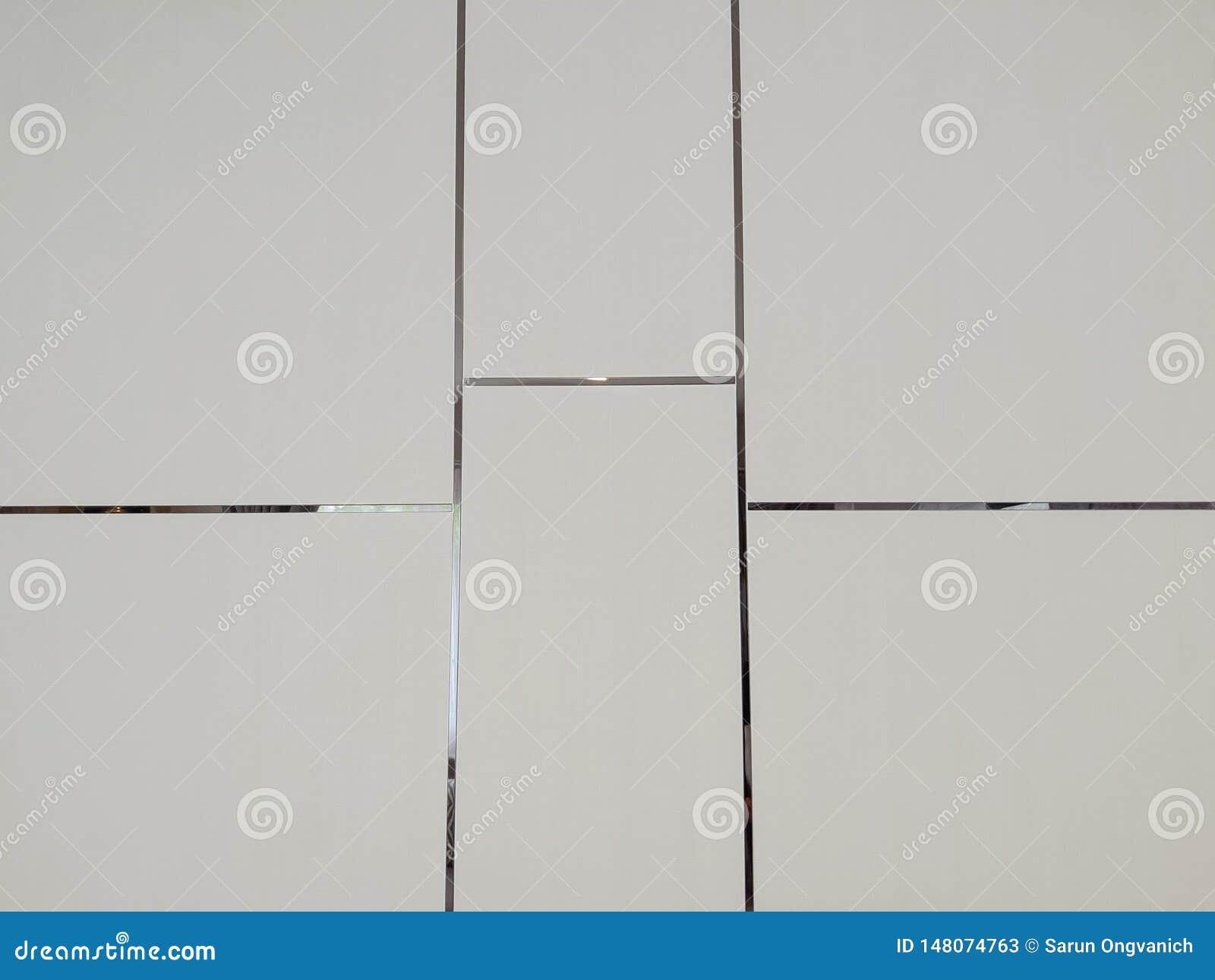 Parede branca com linha da prata do teste padrão do retângulo