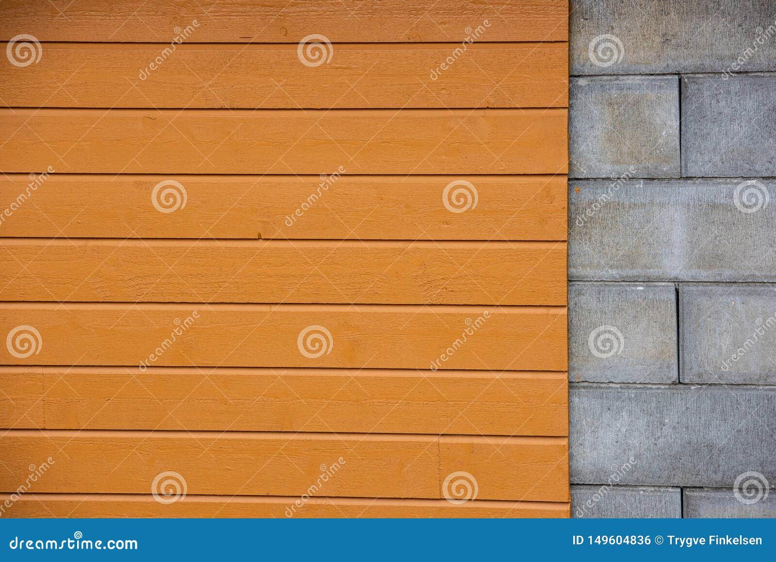 Parede com blocos do cimento da parte, painelamento de madeira amarelo da parte