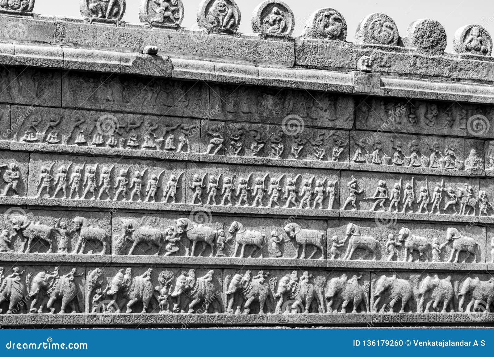 Parede da escultura de todas as quatro forças armadas da Índia antiga