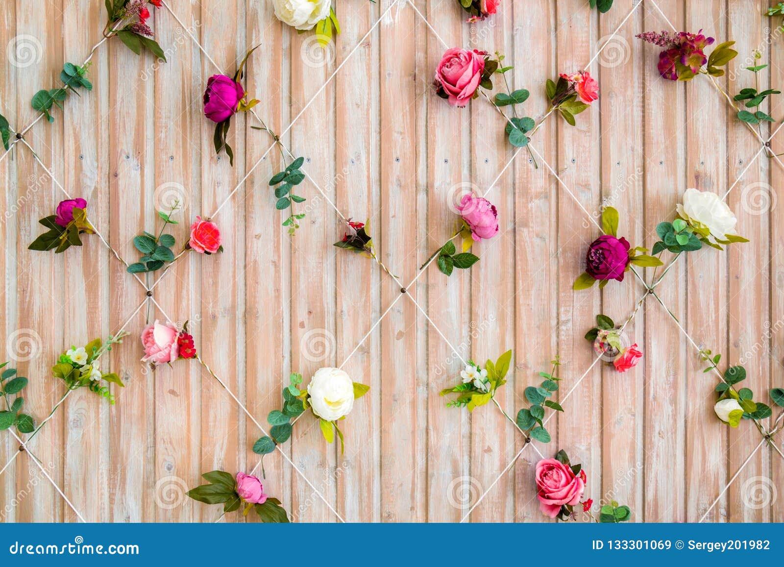 Parede das placas de madeira decoradas com flores Fundo bonito para o estúdio da foto