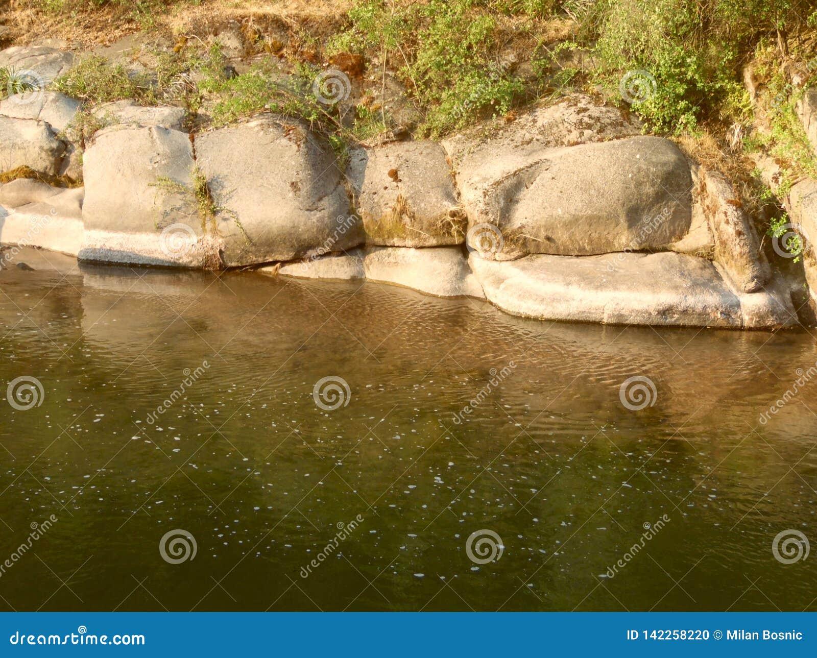Parede de pedra ao lado do