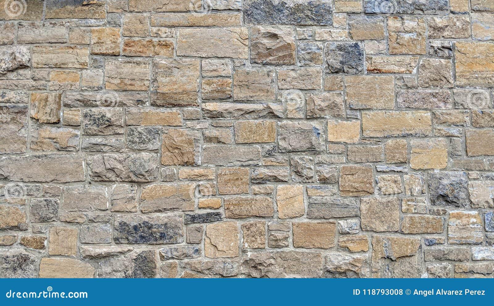 Parede de pedra de cores e de dimensões diferentes